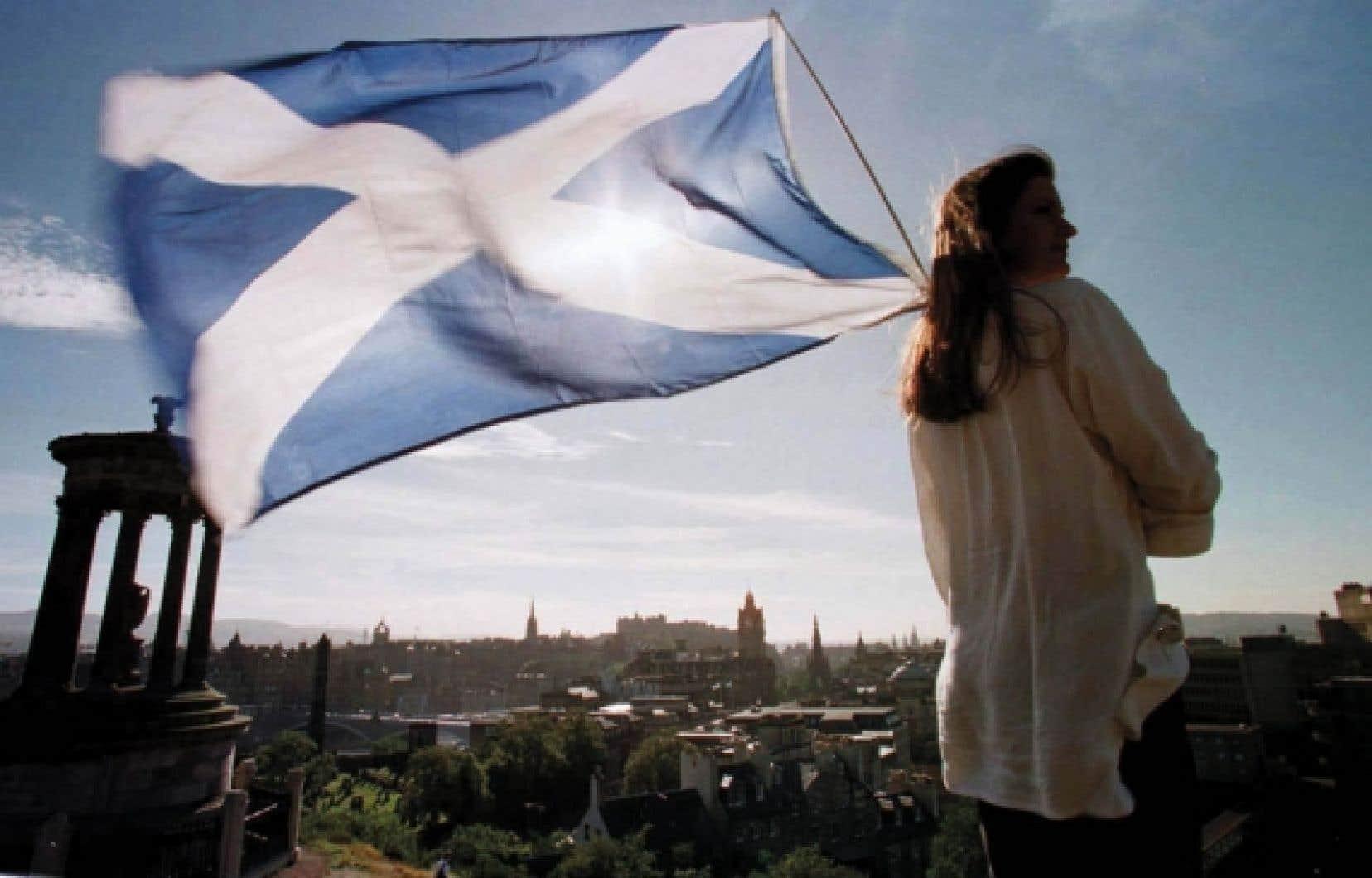 Un nationaliste écossais brandit son drapeau au sommet de Calton Hill, qui domine Édimbourg.<br />