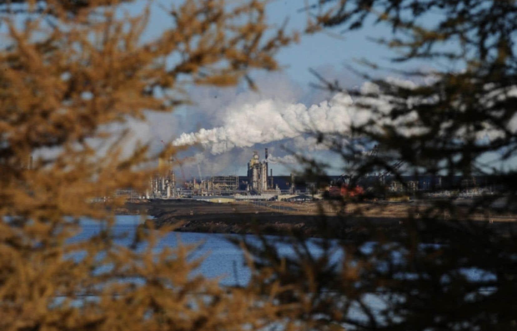 Ottawa semble craindre que des groupes environnementaux opposés à des projets comme l'exploitation de sables bitumineux albertains optent pour le terrorisme. <br />