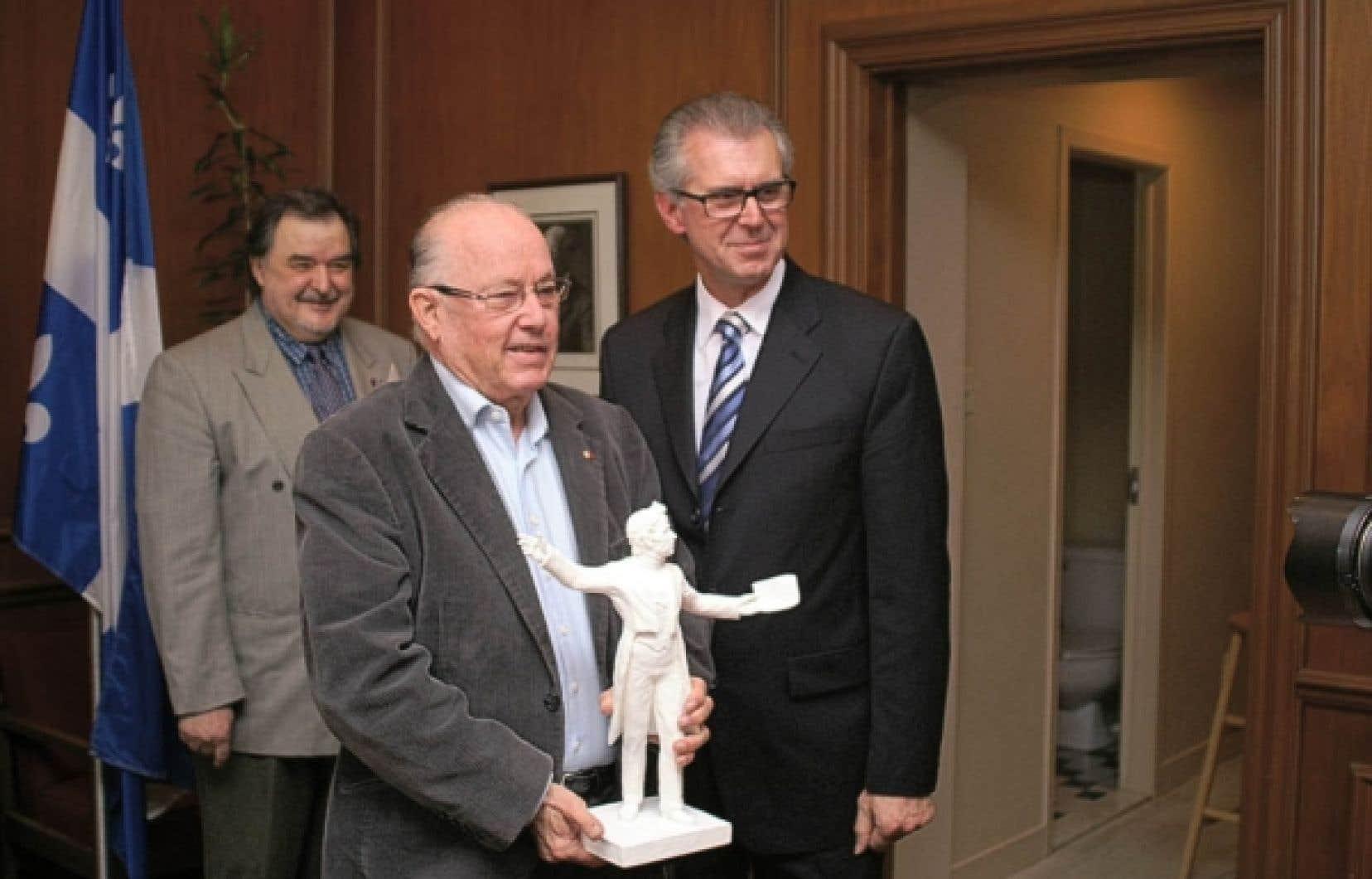 L'ex-premier ministre Bernard Landry, en compagnie de Benoît Roy (à droite) et de Gilles Rhéaume, respectivement président et membre du Comité du mémorial.<br />