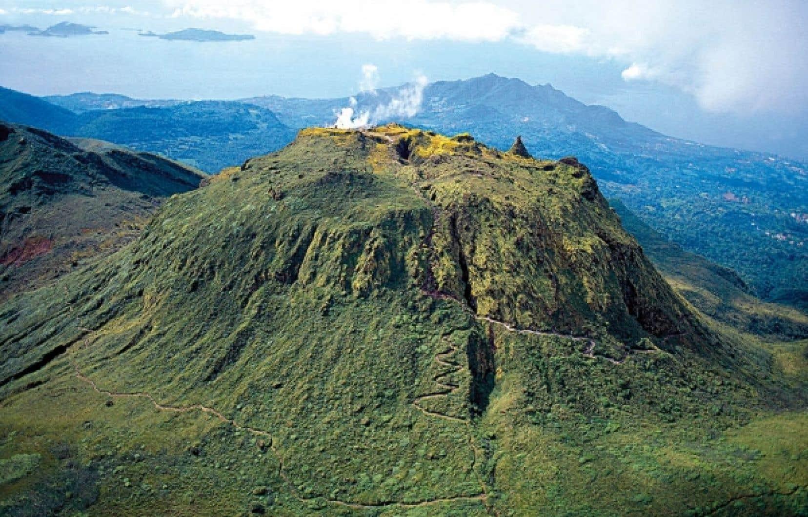 COMITé DU TOURISME DES ÎLES DE GUADELOUPE<br /> Sans être difficile, l'escalade de la Soufrière demande une bonne dose de persévérance.<br />