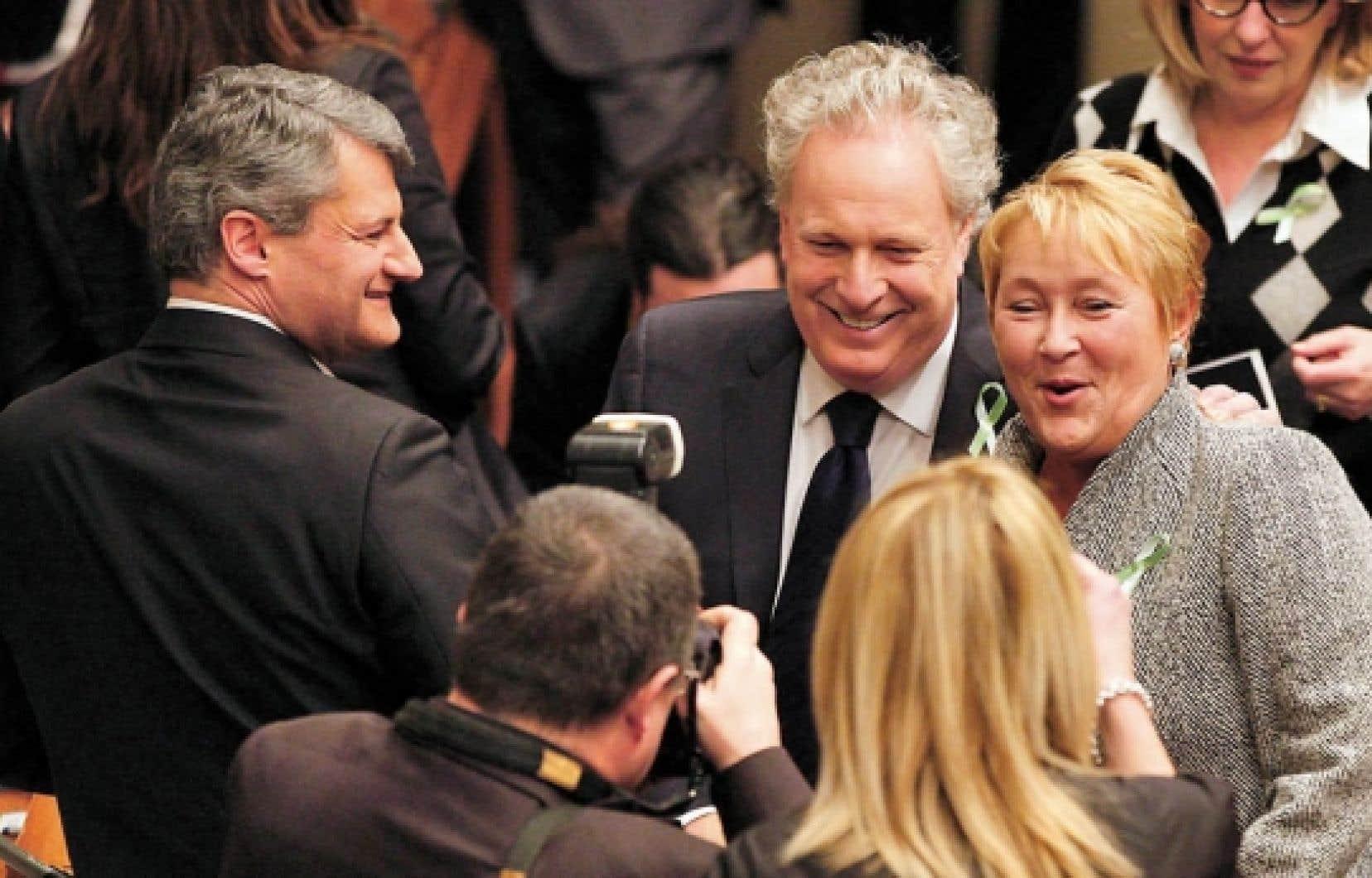 Jean Charest (au centre) semblait heureux cette semaine de revoir Pauline Marois et Gérard Deltell.<br />