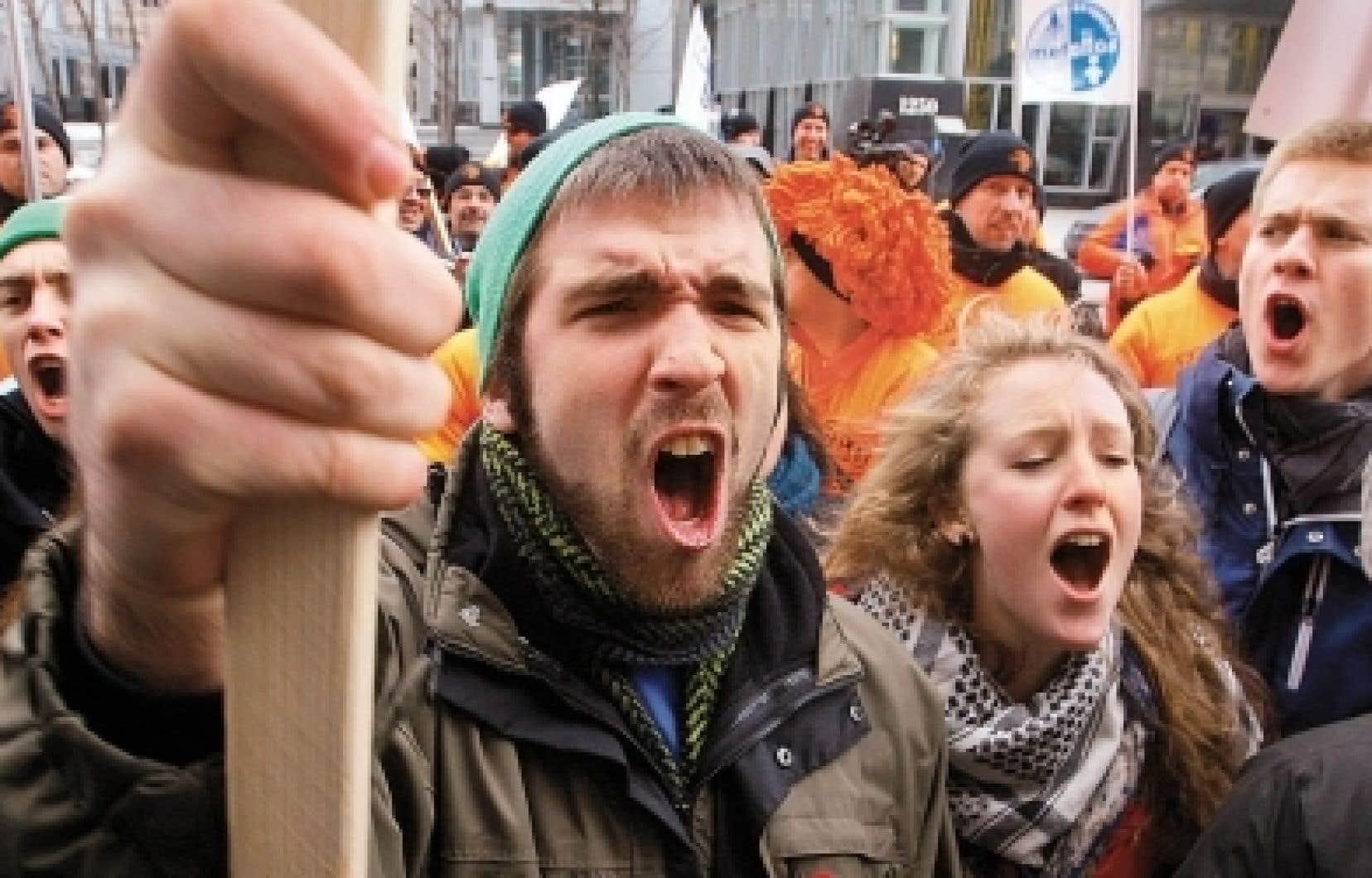 Hier midi, des étudiants de l'Université de Montréal ont tenu une manifestation devant l'hôtel Sheraton, au centre-ville de Montréal, où la ministre de l'Éducation, Line Beauchamp, prenait la parole.