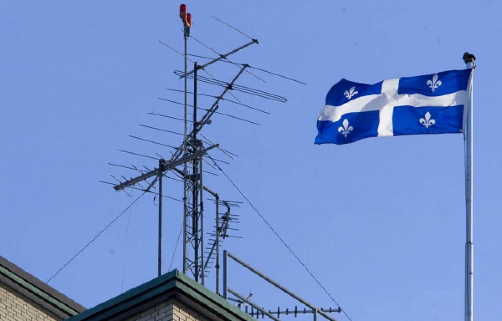 Selon le relevé réalisé par Mme Marie-Michèle Poisson, de Villeray-Refuse, c'est l'hôpital Pierre-Boucher de Longueuil qui a le record au Québec, avec 66 antennes sur son toit. Cet établissement de santé a des contrats avec Videotron (6 antennes), Rogers (36 antennes), Bell (6 antennes) et Telus (18 antennes).