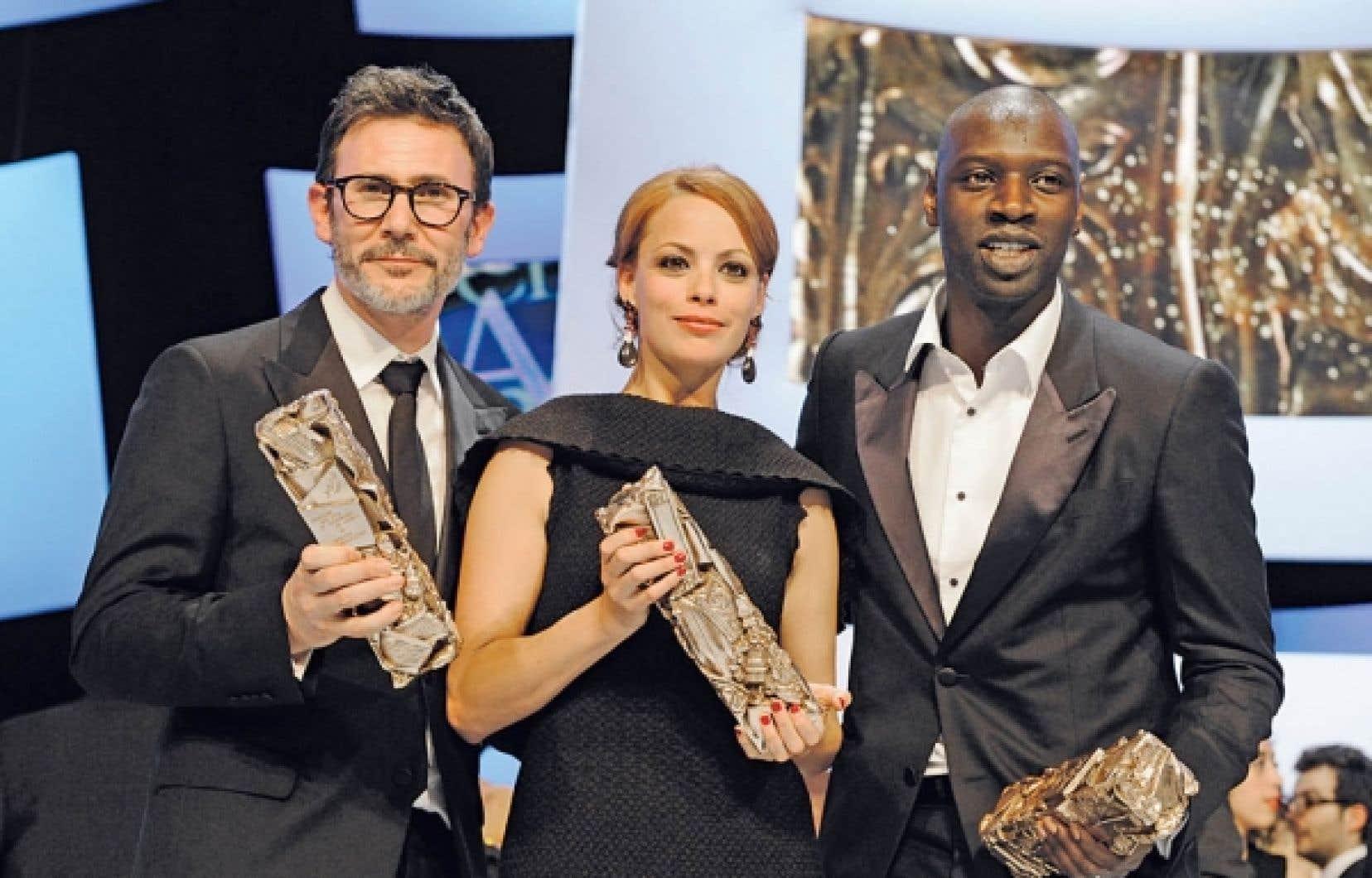 Le r&eacute;alisateur Michel Hazanavicius et les acteurs B&eacute;r&eacute;nice Bejo et Omar Sy posent avec leur C&eacute;sar.<br />