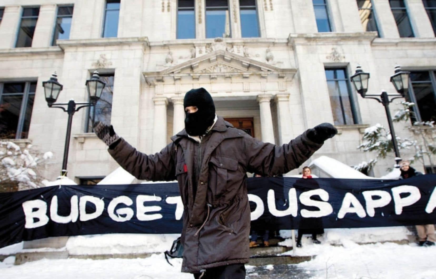 Des étudiants ont bloqué hier l'entrée de certains bâtiments de l'Université du Québec à Montréal.