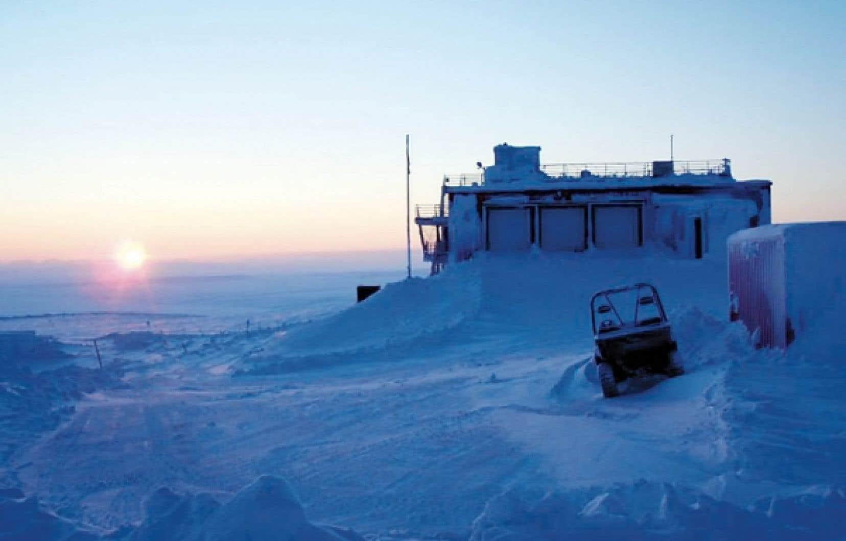Un pâle soleil d'hiver éclaire la station Eureka sur cette photographie prise lundi par un chercheur. Le laboratoire d'Eureka est l'installation civile la plus au nord de la planète. <br />