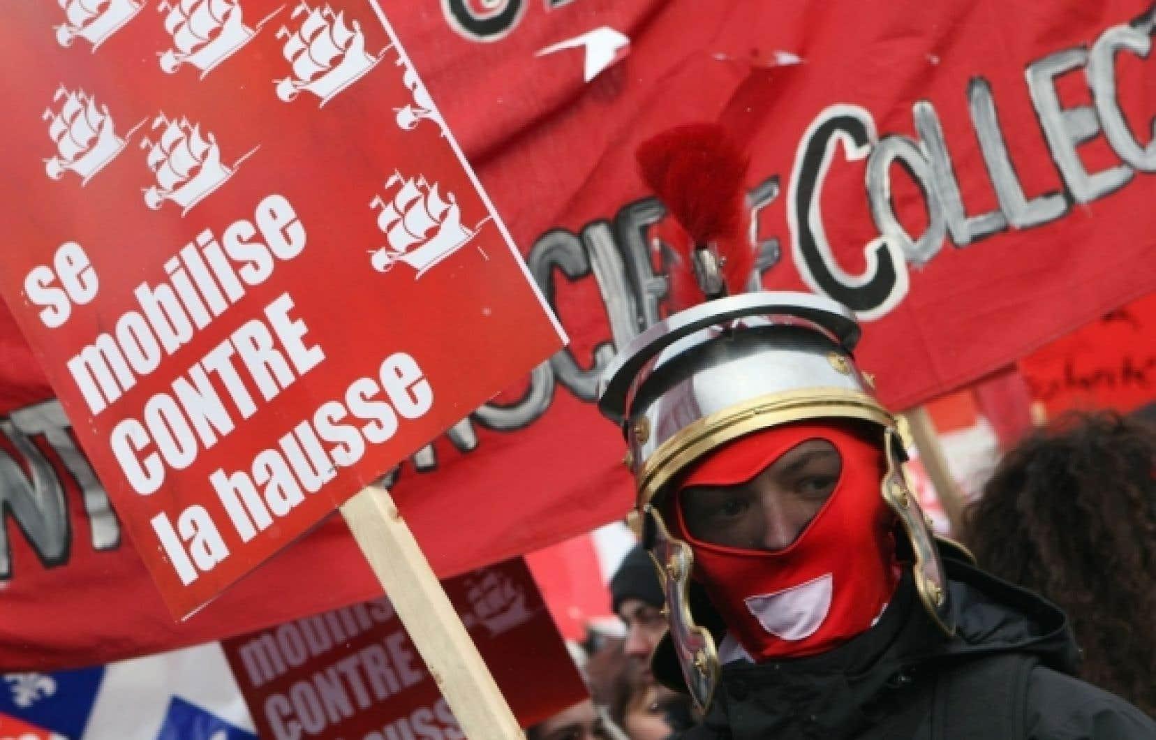 Des milliers de manifestants se sont réunis aujourd'hui à Québec pour protester contre la hausse prévue des droits de scolarité.<br />