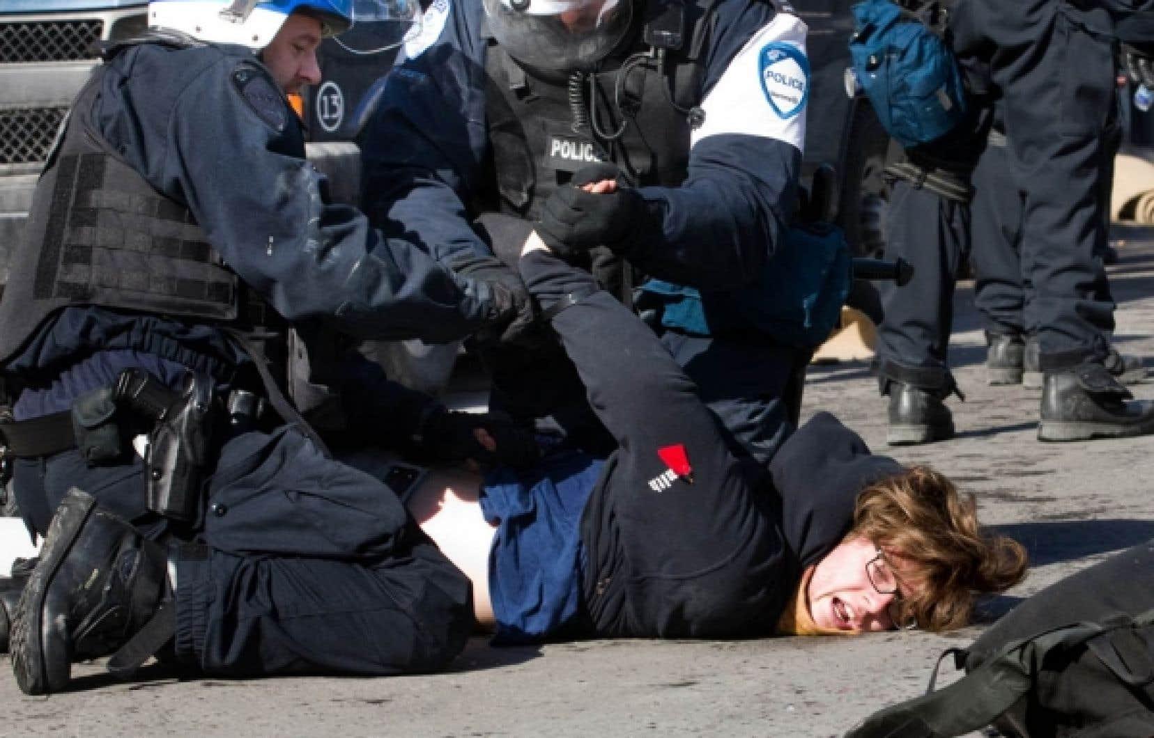 Au total, cinq personnes ont été arrêtées hier, dont cet étudiant, devant les locaux de Loto-Québec rue Sherbrooke à Montréal.<br />