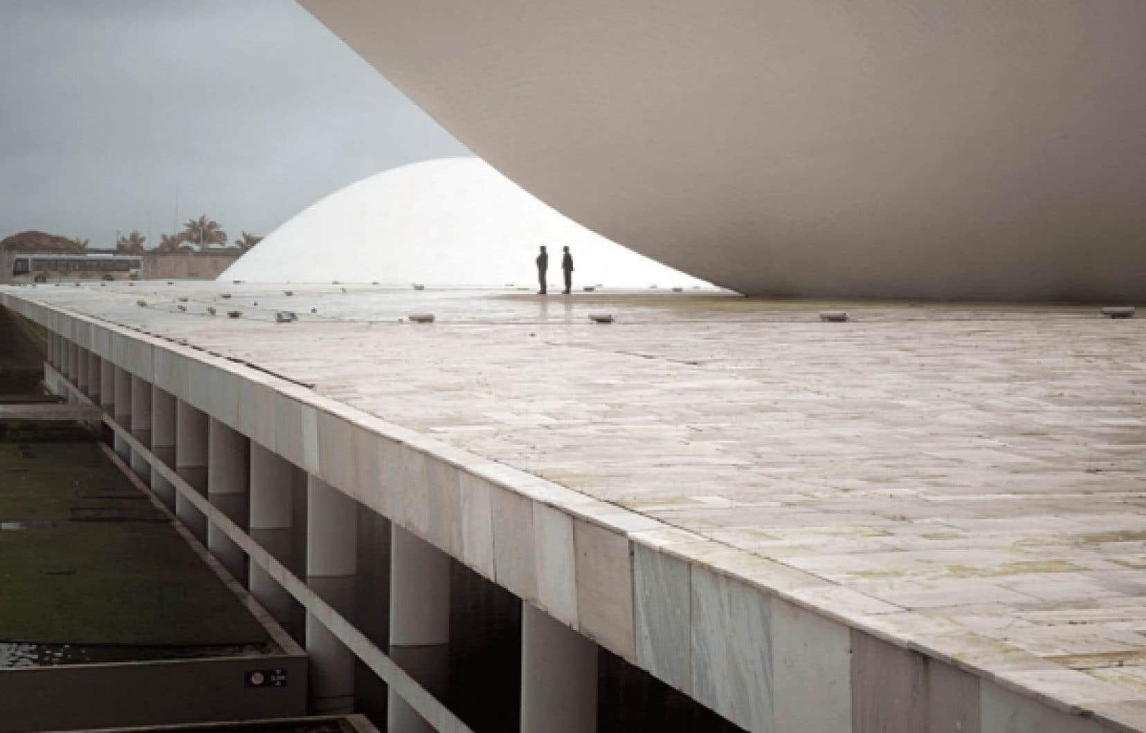 Fabiano Sobreira travaille présentement en partenariat avec le bureau de l'architecte Oscar Niemeyer, à l'origine du bâtiment du Congrès national du Brésil (notre photo).<br />