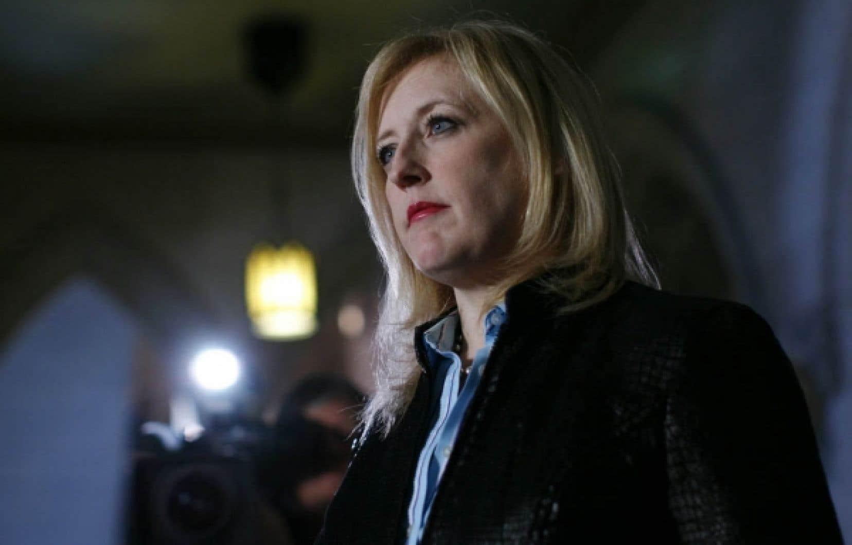 La ministre fédérale du Travail, Lisa Raitt, retire le droit de grève aux syndiqués d'Air Canada.<br />