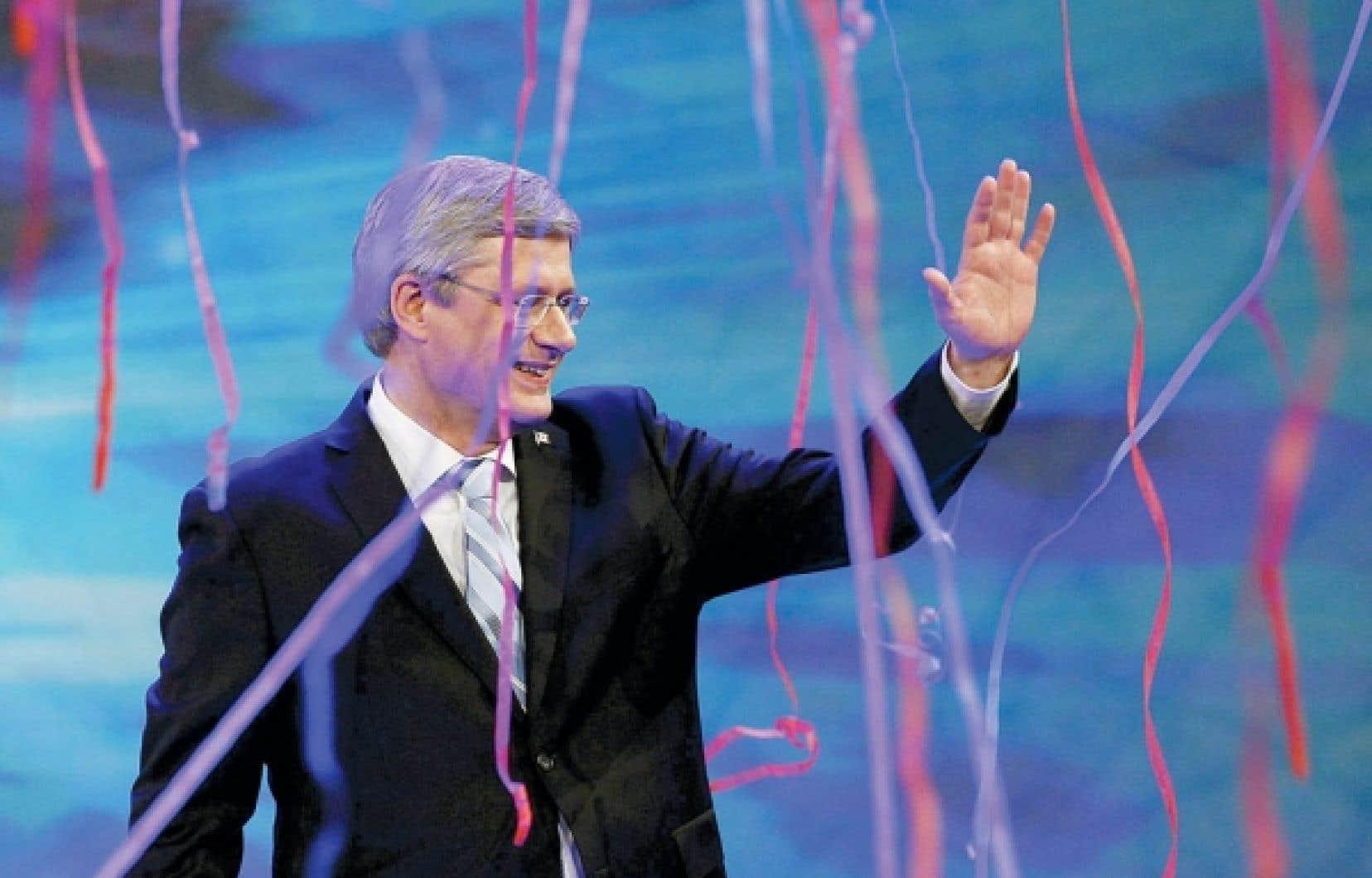 Stephen Harper c&eacute;l&egrave;bre sa victoire lors des derni&egrave;res &eacute;lections f&eacute;d&eacute;rales devant ses partisans de Calgary. Plus de 80 % des &eacute;lecteurs qu&eacute;b&eacute;cois ont en 2011 choisi le NPD (43 %), les lib&eacute;raux ou le Bloc, le Parti conservateur ne r&eacute;coltant que 16,5 % des voix au Qu&eacute;bec contre 45 % ailleurs au pays. Loin de se r&eacute;sorber, l&rsquo;&egrave;re des deux solitudes se voit confirm&eacute;e par les r&eacute;sultats &eacute;lectoraux.<br />