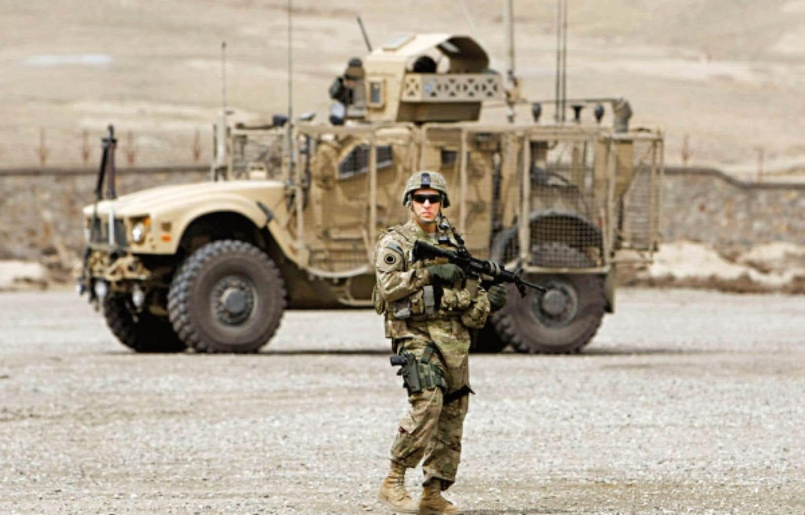 Un soldat américain durant une cérémonie de passation de pouvoir à Kaboul.<br />