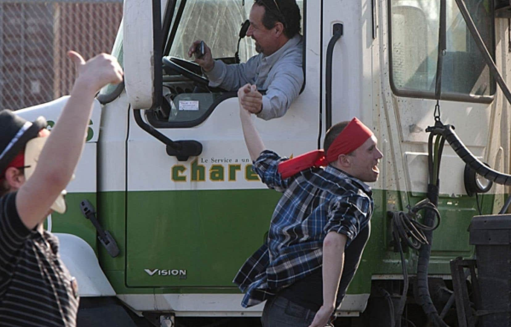 Les étudiants ont reçu l'appui de camionneurs au port de Montréal hier matin.<br />