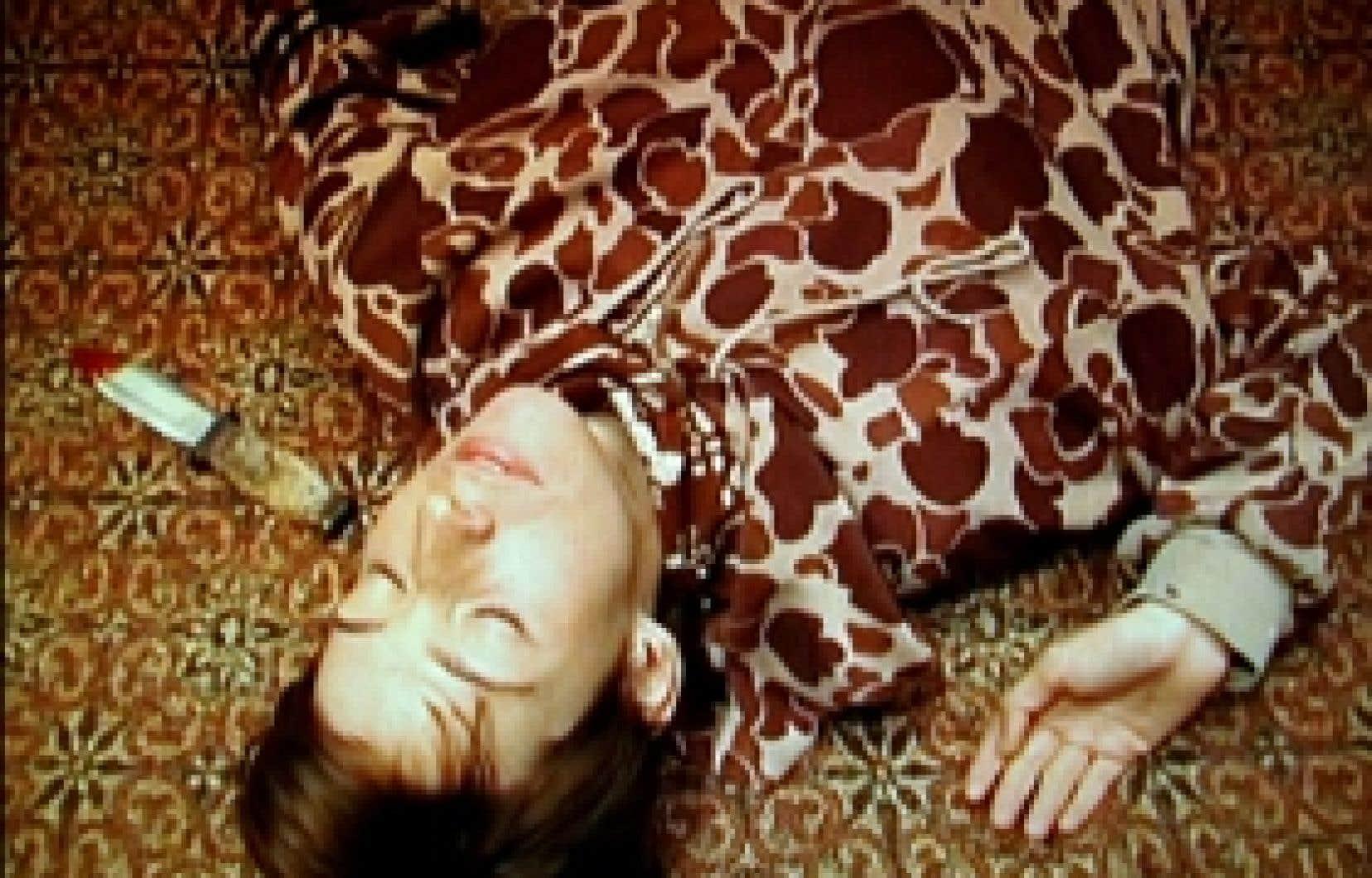 Avec l'aimable concours du Banff Centre Knock, 2006, extrait vidéo de Simone Jones et Lance Winn