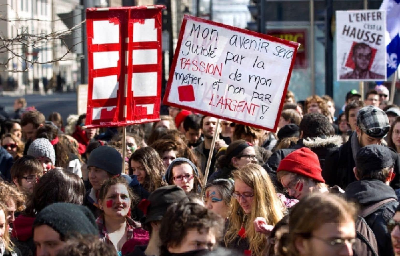 L'IRIS rappelle que le gouvernement du Québec défend la hausse des droits de scolarité en les présentant comme un investissement, «exactement le discours qu'on avait lors de la dernière crise économique avec les subprimes». Sur notre photo, des étudiants manifestent à Montréal contre la hausse des droits de scolarité. <br />
