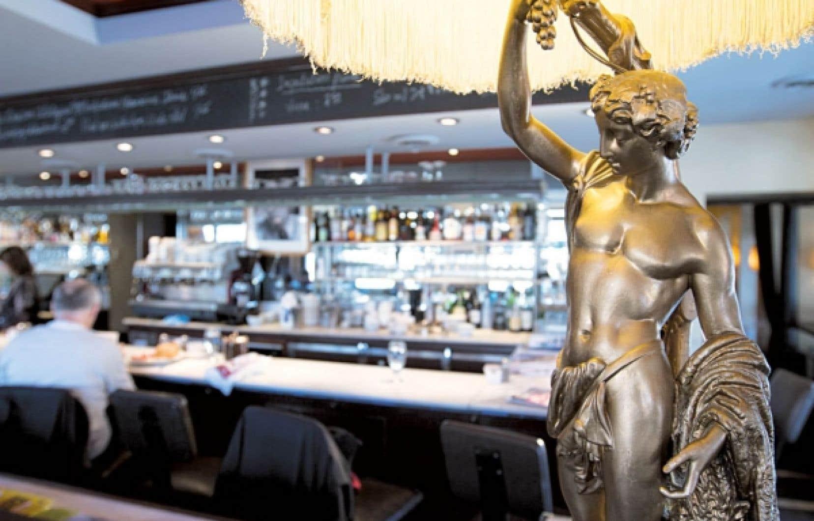Le grand bar du Café Cherrier à Montréal accueille chaque jour les habitués du steak tartare, du bagel au saumon ou du plat du jour, lequel change de façon régulière.<br />
