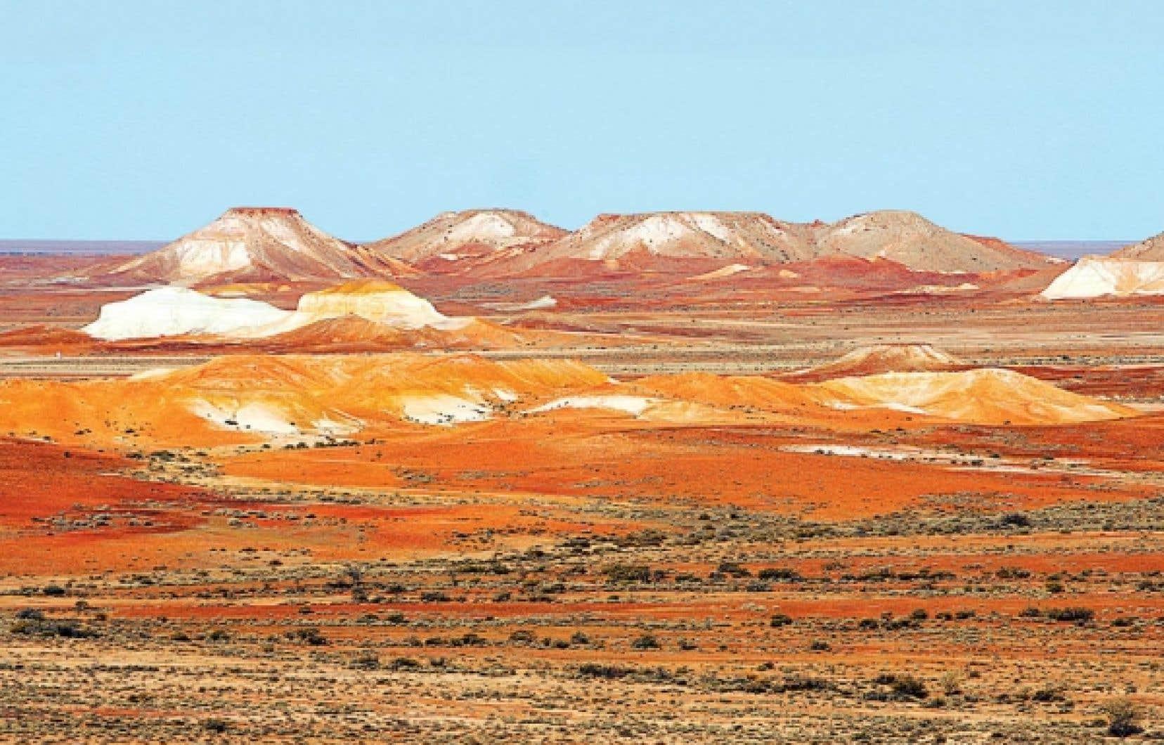 La formation ocre appelée The Breakaways émerge de la plaine désertique près de la ville minière de Coober Pedy.<br />