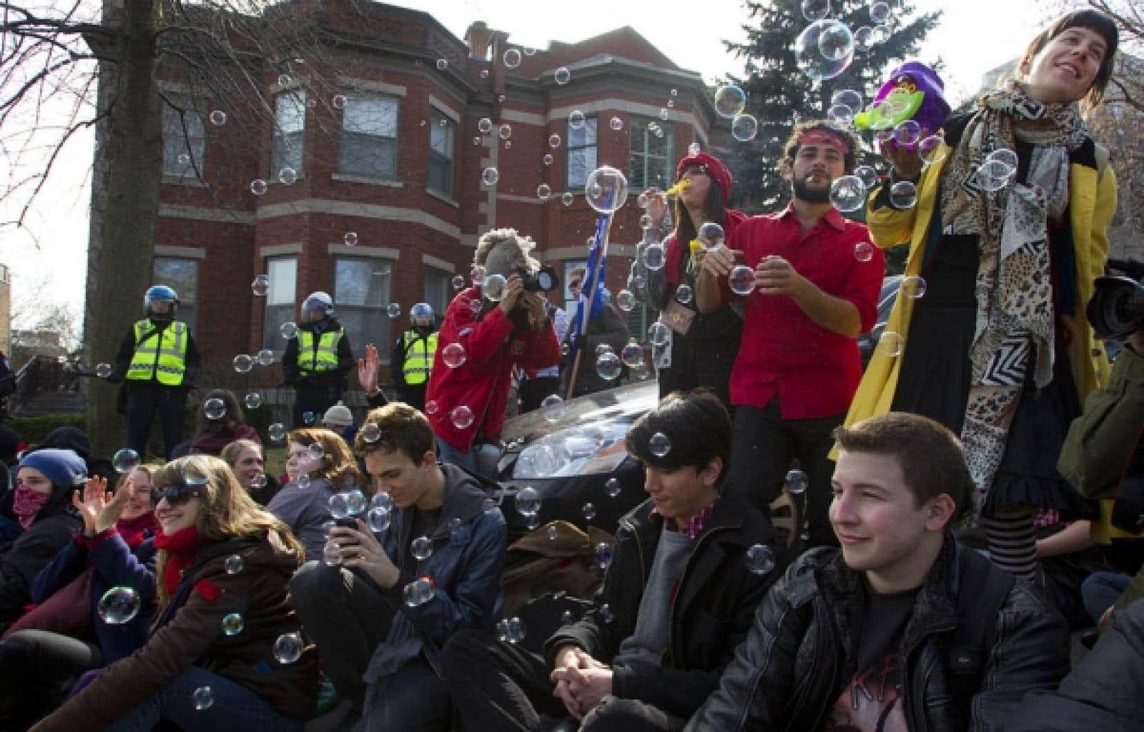 Fanfare et blocus pacifique devant la résidence du premier ministre Jean Charest, à Westmount.