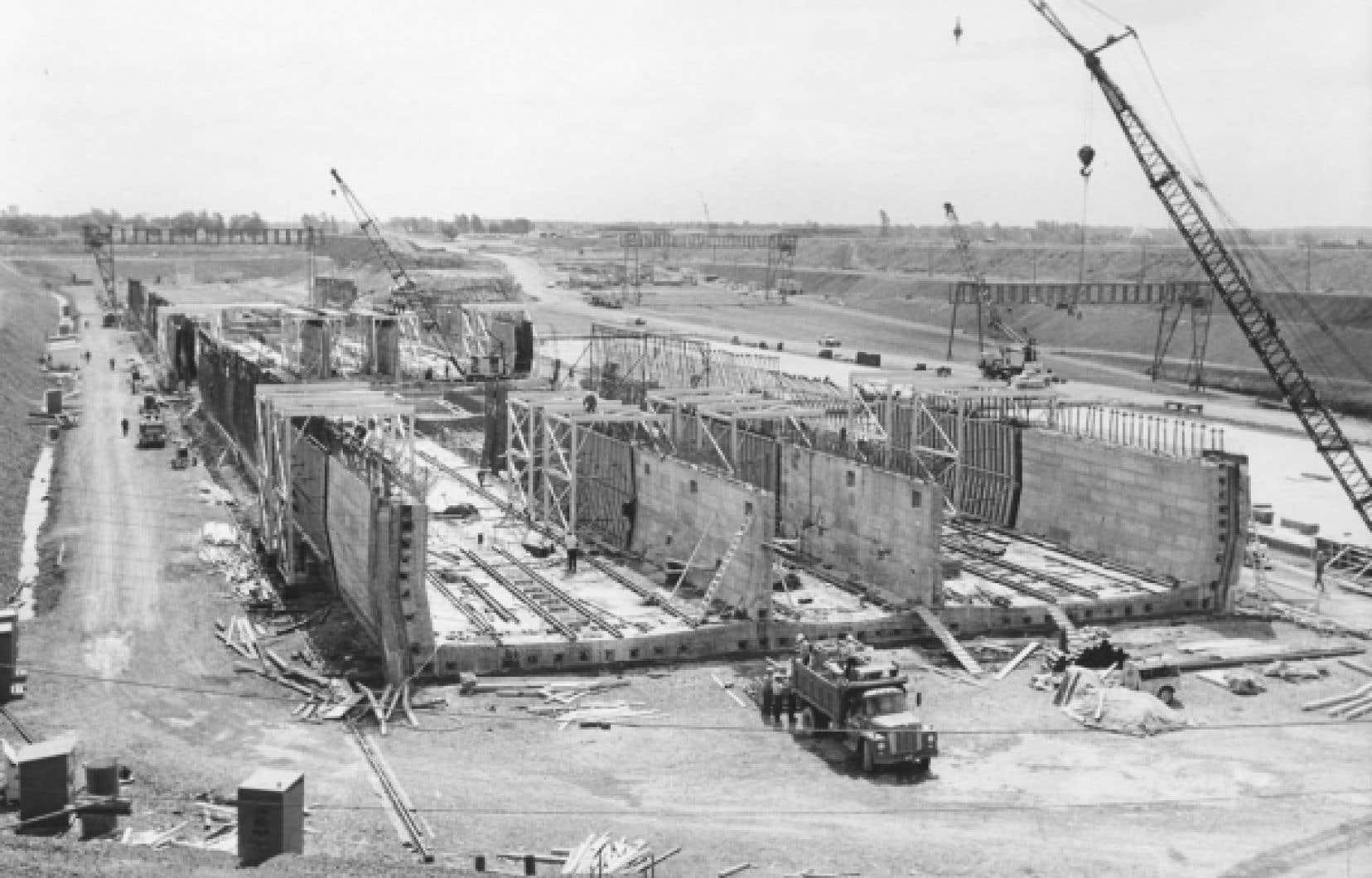 La cale sèche du pont-tunnel Louis-Hippolyte-Lafontaine, pendant sa construction, en 1964<br />