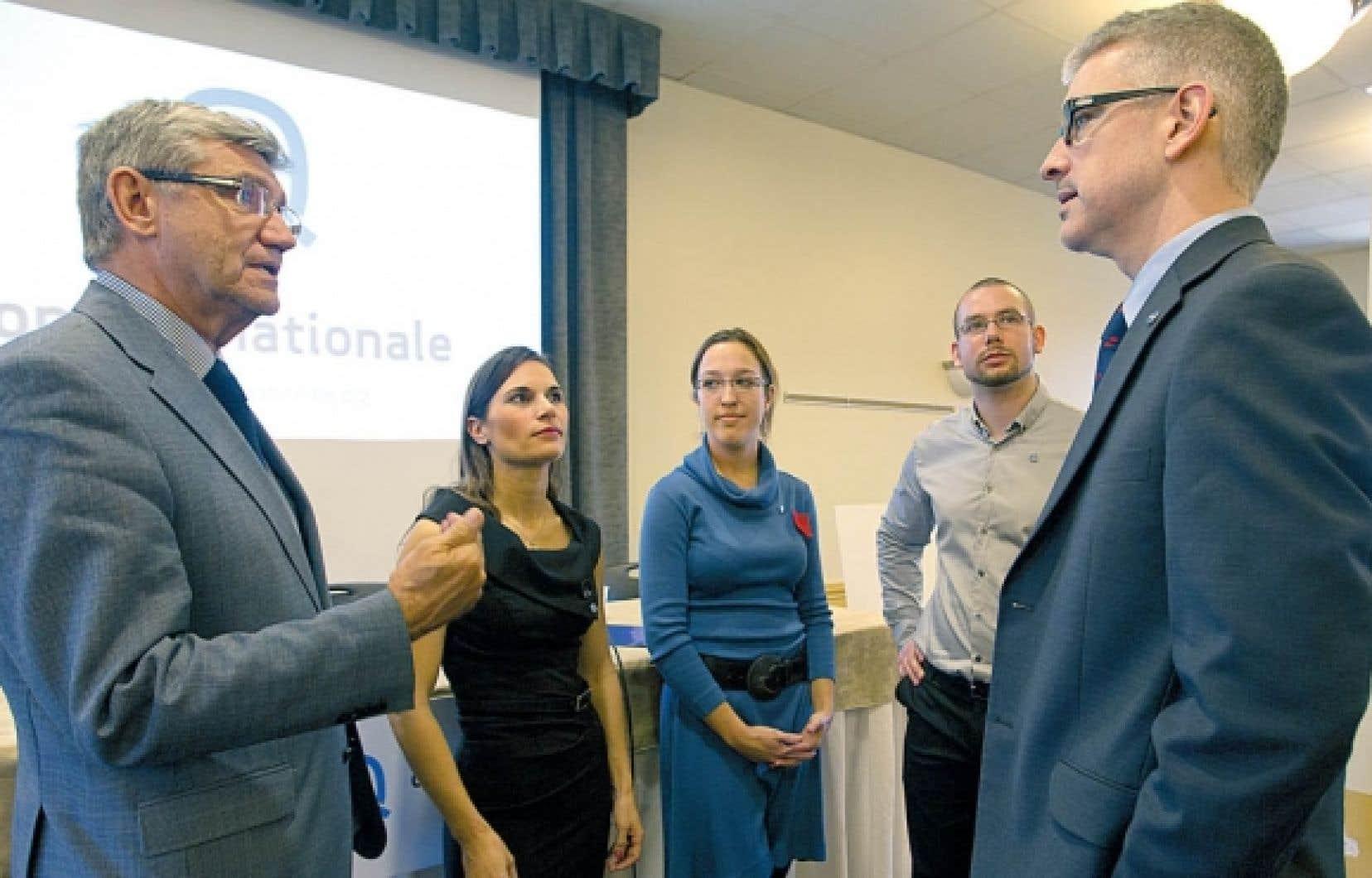 Denis Monière, Samuelle Ducrocq-Henry, Évelyne Beaudin et Yanek Lauzière-Fillion, en compagnie du chef d'Option nationale, Jean-Martin Aussant.