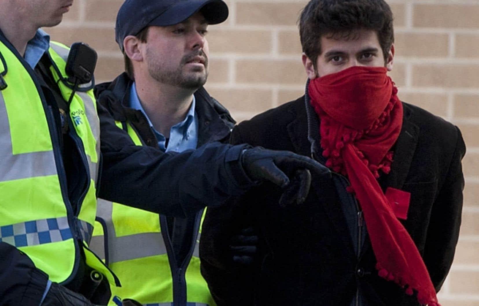 À Montréal, dans le secteur de la rue de Bullion, au sud de Sainte-Catherine, les policiers ont procédé à l'arrestation d'une soixantaine d'étudiants.