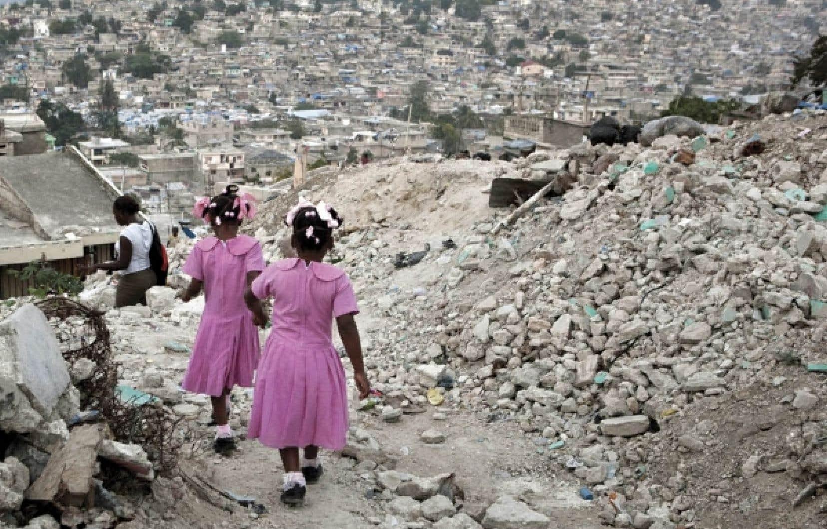 Actif un peu partout à travers le monde, Droits et Démocratie consacrait beaucoup d'énergies en Haïti. Quelques mois avant le tremblement de terre de janvier 2010, l'organisme avait lancé un programme visant le renforcement de la gouvernance démocratique et la promotion des droits de la personne.<br />