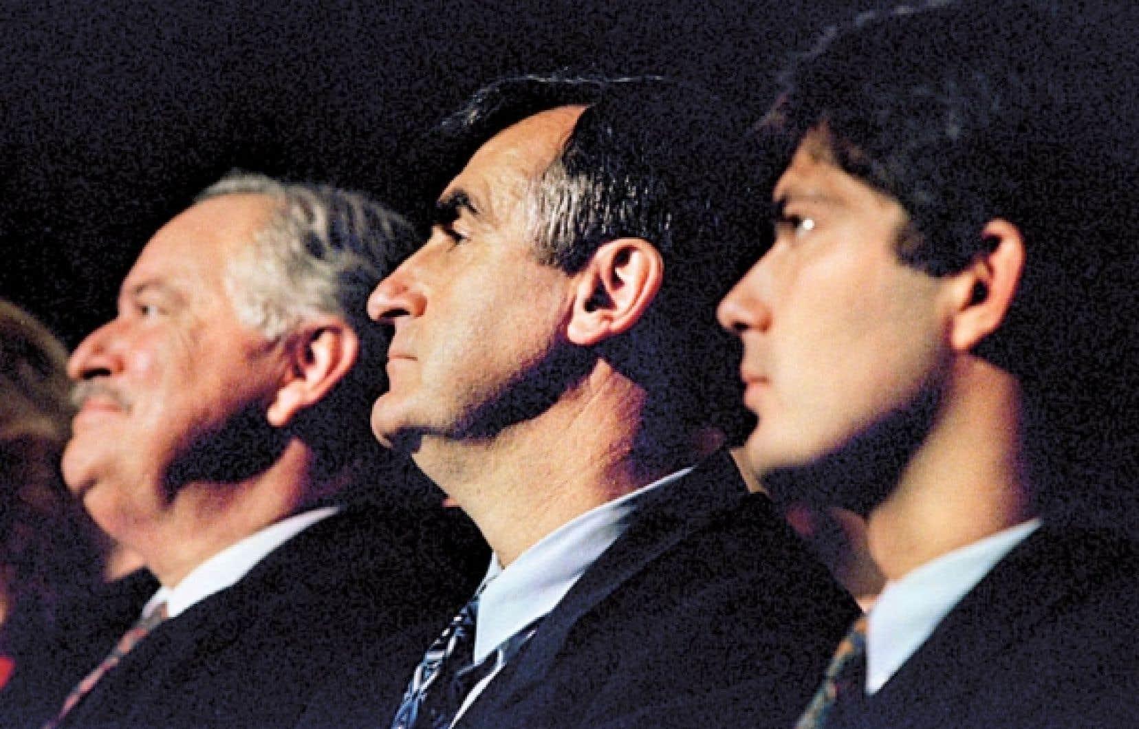 Les tenants du Oui au référendum de 1995: Jacques Parizeau, Lucien Bouchard et Mario Dumont. Aujourd'hui, à la lumière des blocages liés à la rigidité de la formule d'amendement, des tentatives avortées de réforme constitutionnelle et des silences sur cet enjeu depuis l'échec référendaire de 1995, les options sont plus limitées.