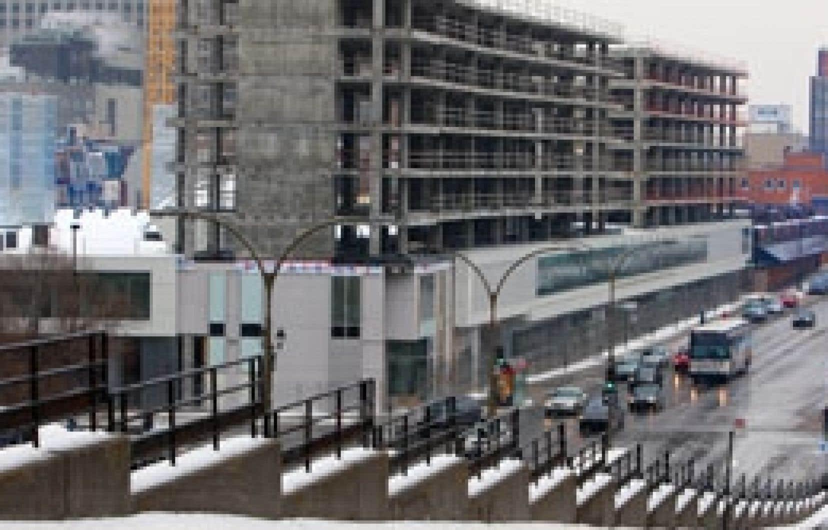 La nouvelle gare d'autobus risque de demeurer un édifice fantôme, avec au-dessus la structure des résidences étudiantes dont l'avenir demeure incertain. Au sud de l'îlot Voyageur, on aperçoit l'actuel terminus d'autobus, qui devait faire