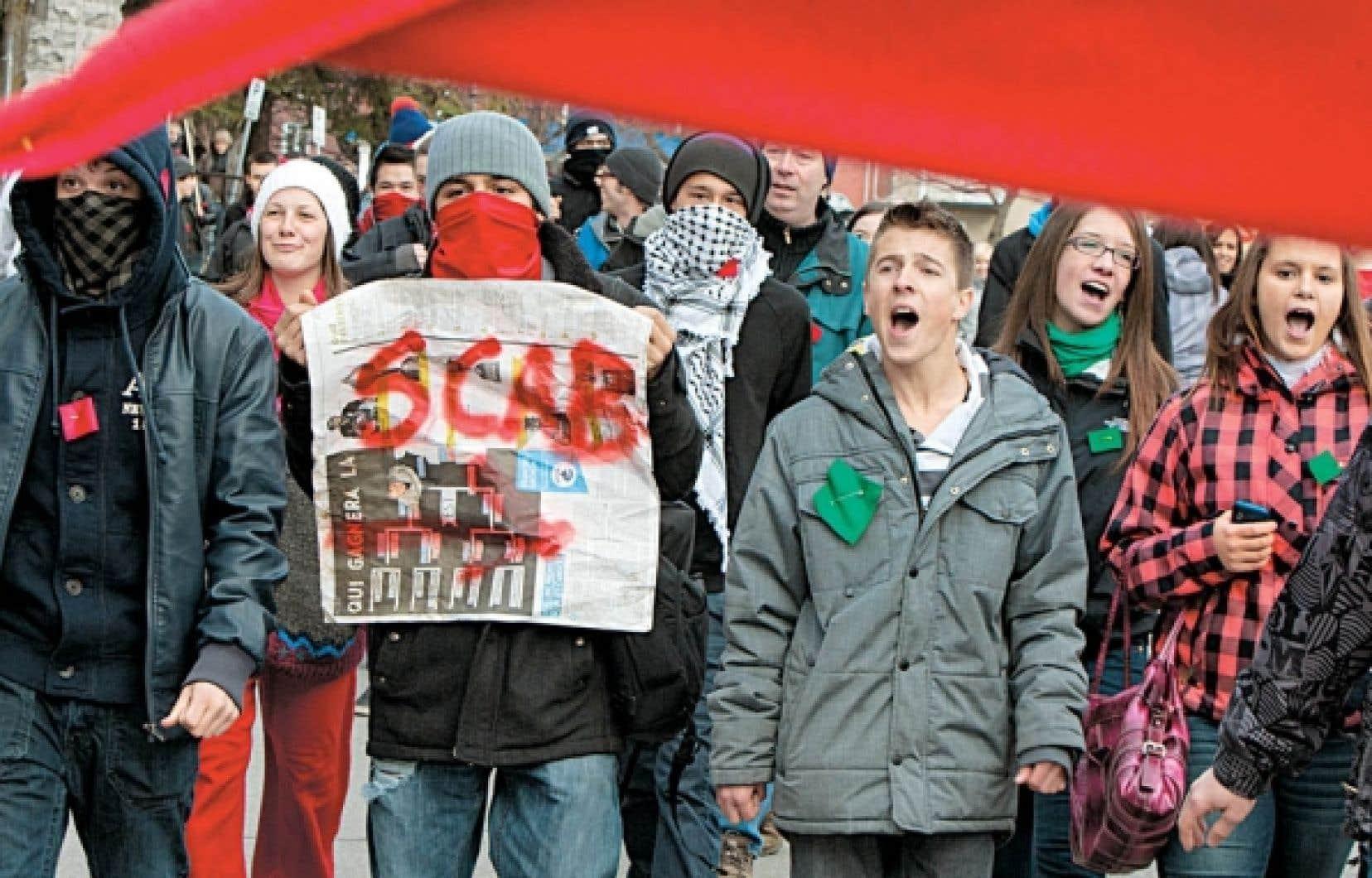 Des étudiants favorables et défavorables à la grève ont manifesté hier devant le cégep de Valleyfield, empêchant ainsi la reprise des cours.<br />