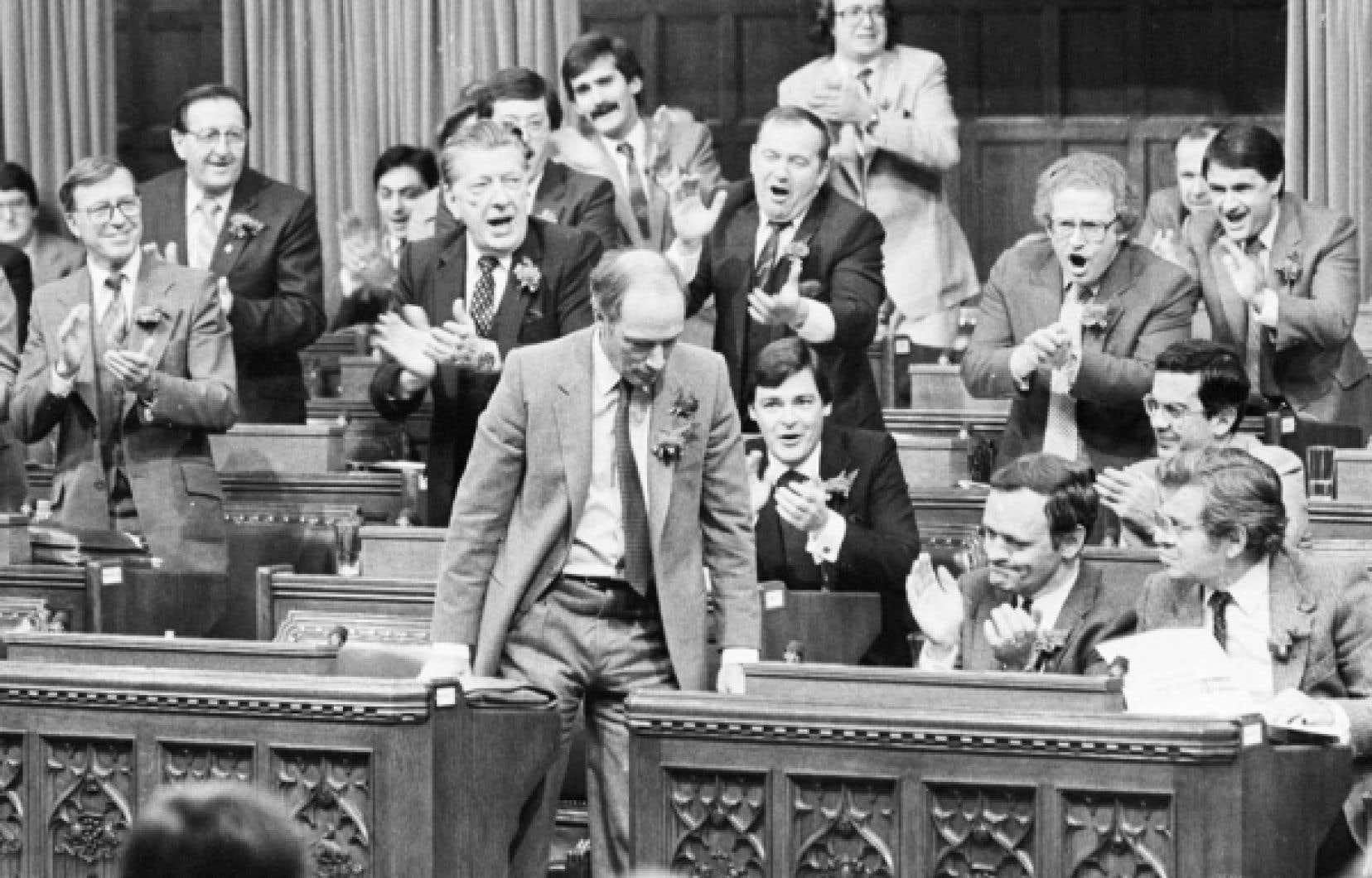 Pierre Elliott Trudeau recevant une ovation de la part de ses d&eacute;put&eacute;s apr&egrave;s un vote en faveur du rapatriement de la Constitution, en d&eacute;cembre 1981.<br />