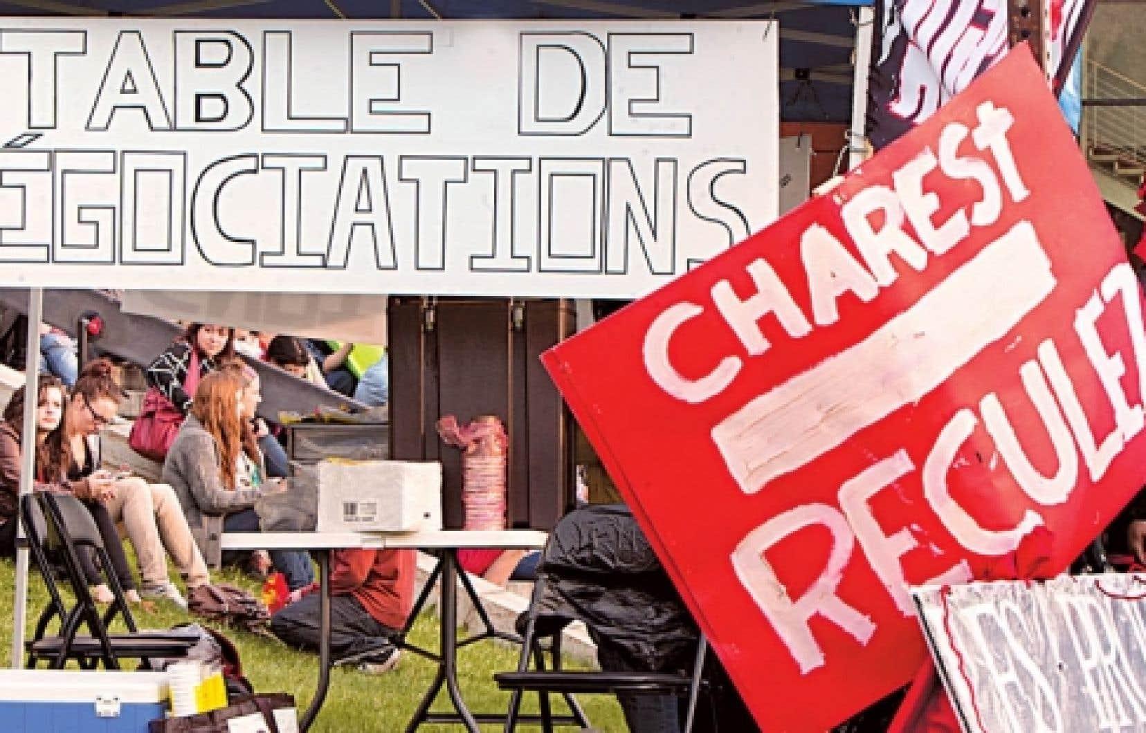 Des étudiants ont érigé un blocus devant le cégep de Saint-Jean-sur-Richelieu.<br />