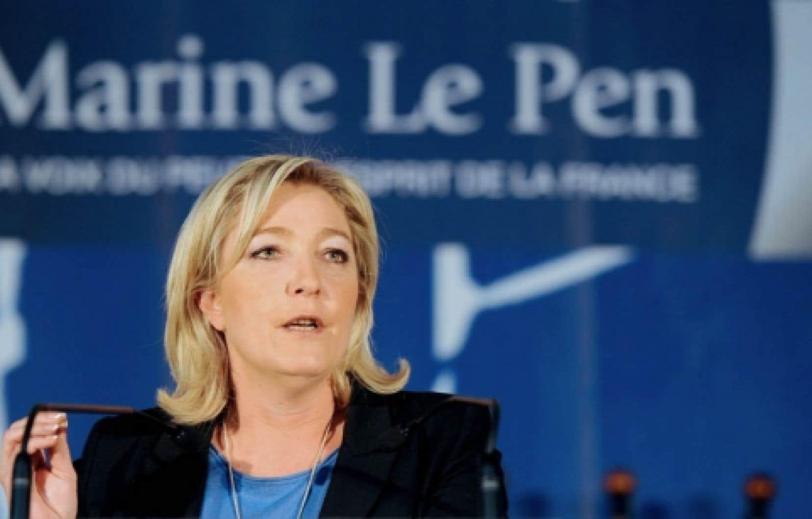 La candidate de l'extrême droite à la présidentielle française, Marine Le Pen, en campagne dans le nord de la France dimanche dernier. Son objectif: dédiaboliser le Front national.<br />