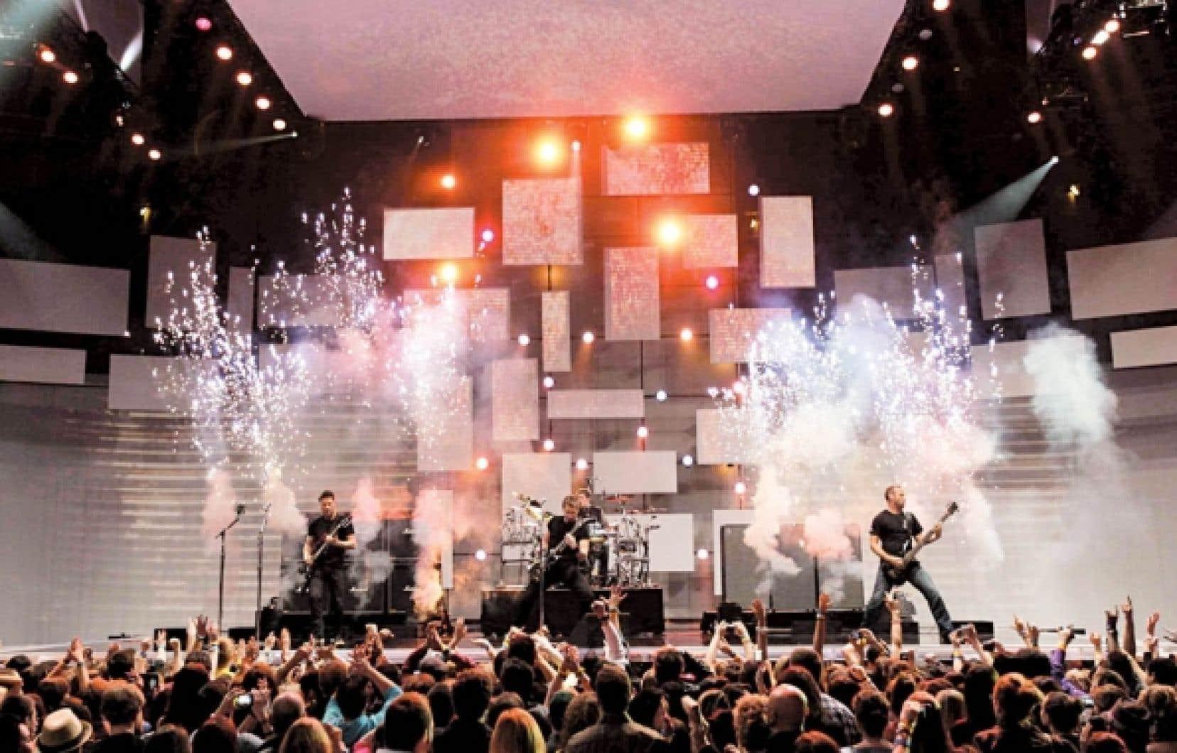 Nickelback en spectacle d'ouverture au gala des Juno, le 1er avril dernier. Si le groupe est reparti les mains vides, il se trouve dans le top 10 des plus grands gagnants de toute l'histoire de cette célébration de la musique canadienne. En bas, dans l'ordre: le bassiste Mike Kroeger, le guitariste Ryan Peake, le leader Chad Kroeger et le batteur Daniel Adair.<br />