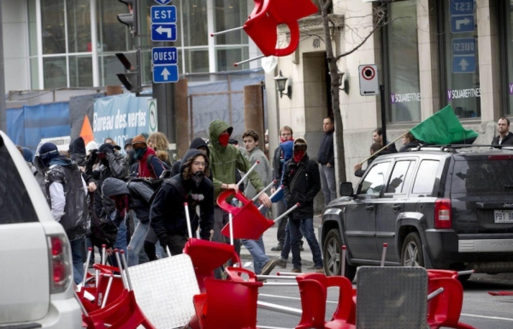 Des manifestants ont utilisé le mobilier extérieur d'un restaurant pour s'en servir comme projectiles.<br />