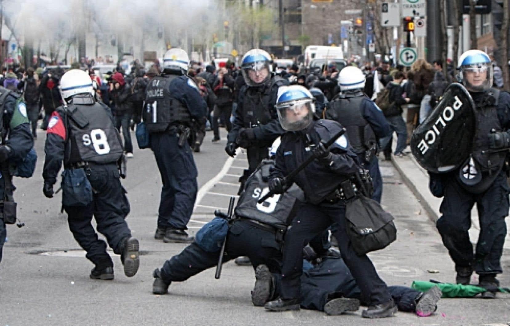 Pendant que Jean Charest s'adressait à des centaines d'hommes d'affaires au Palais des congrès, une protestation étudiante a complètement dégénéré hier dans les rues de Montréal.<br />