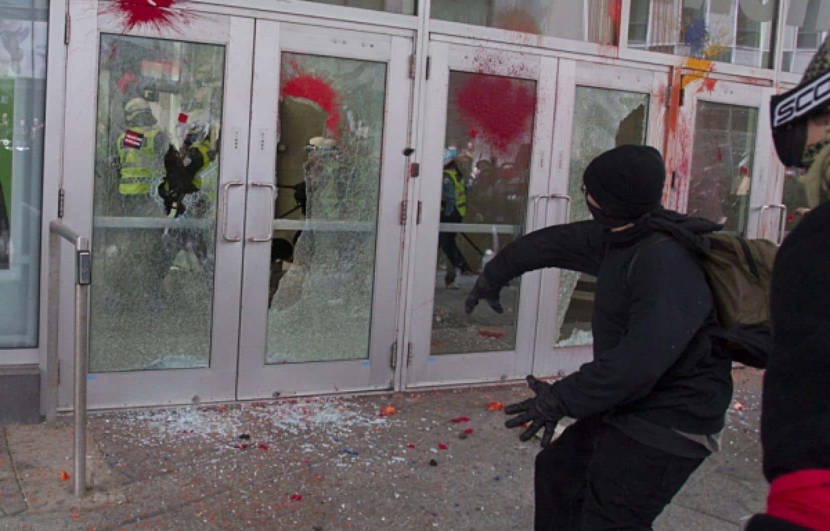 Des manifestants ont fracassé les portes vitrées du Palais des congrès de Montréal, où le premier ministre Jean Charest prononçait une allocution sur le Plan Nord.<br />