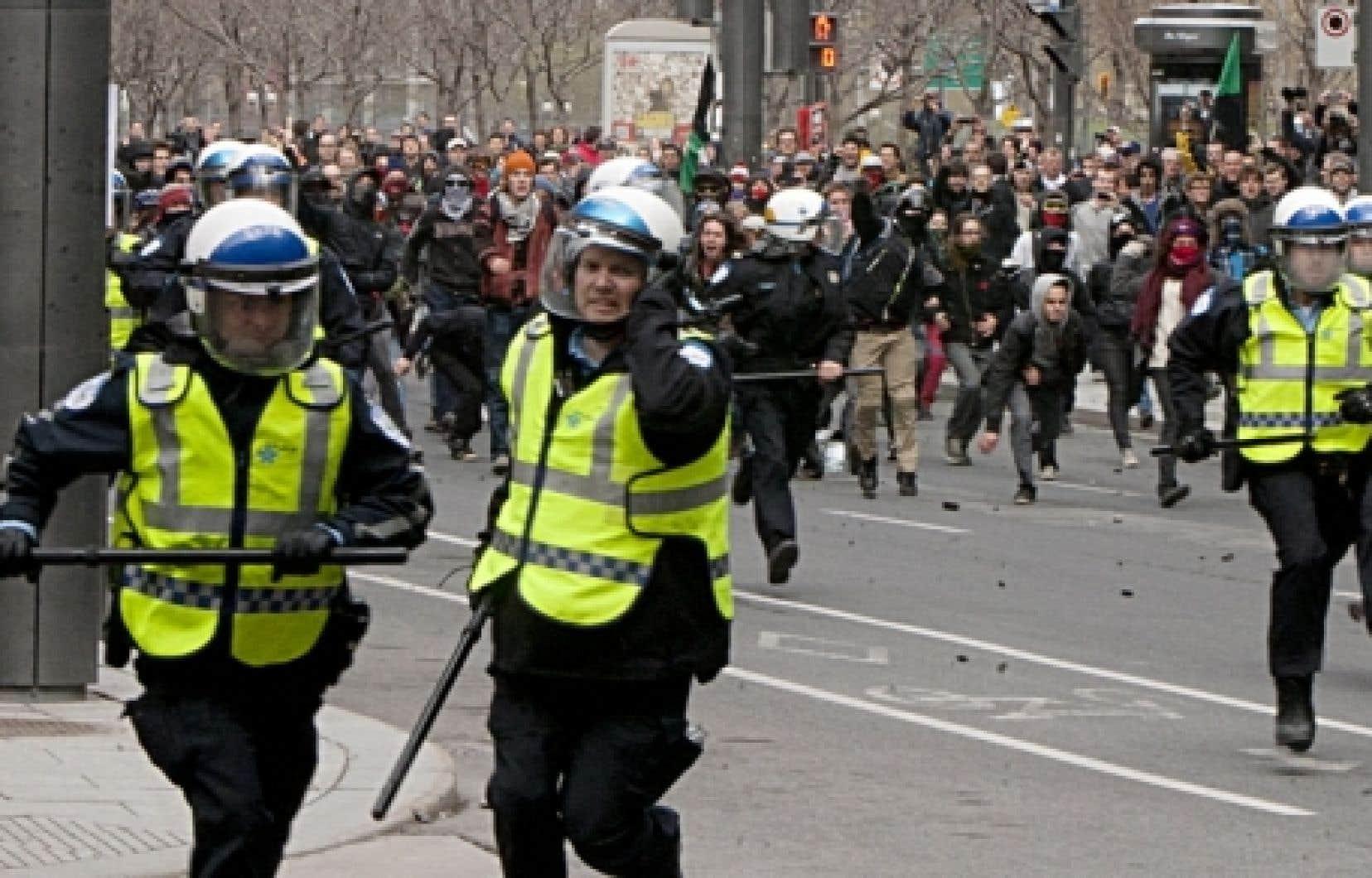 Les policiers de Montréal ont été forcés de fuire les manifestants et de réclamer l'assistance de la Sûreté du Québec.<br />
