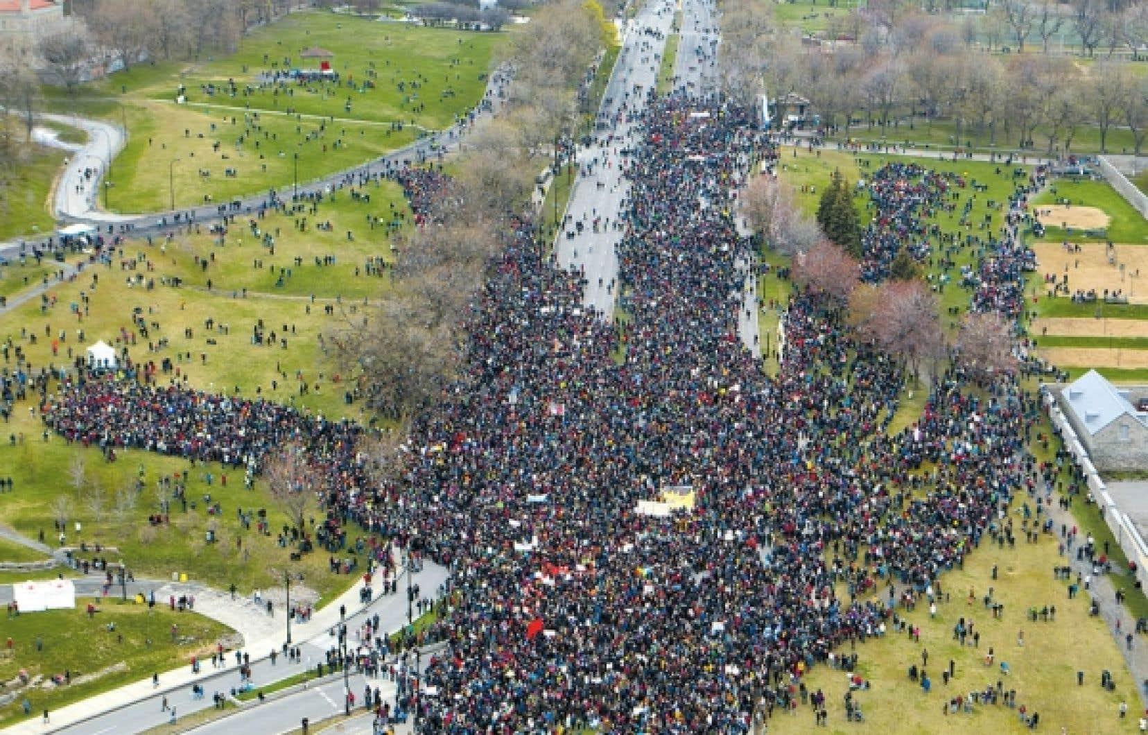 <div> Des dizaines de milliers de personnes ont convergé vers le parc Jeanne-Mance, hier, à Montréal, pour créer une main et un arbre humain à l'occasion du Jour de la Terre. Les participants sont venus de toutes les régions du Québec pour demander une meilleure gestion des ressources naturelles.</div>