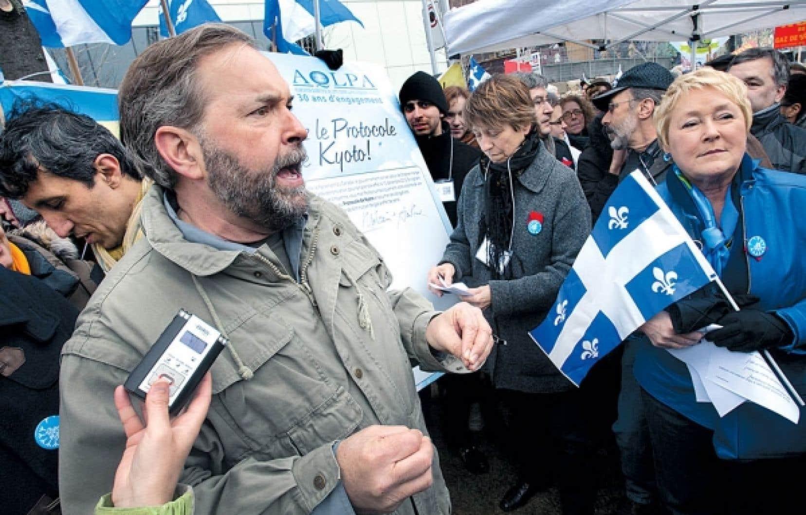 <div> Le député de Québec solidaire (QS), Amir Khadir, le chef néodémocrate, Thomas Mulcair, la coporte-parole de QS, Francoise David, et la chef péquiste Pauline Marois ont tous adhéré de façon symbolique le Protocole de Kyoto.</div>