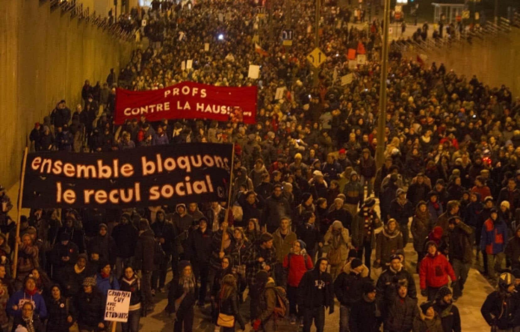 Une foule importante s'est massée au centre-ville de Montréal tard hier soir pour s'opposer à la «solution» avancée par Jean Charest.