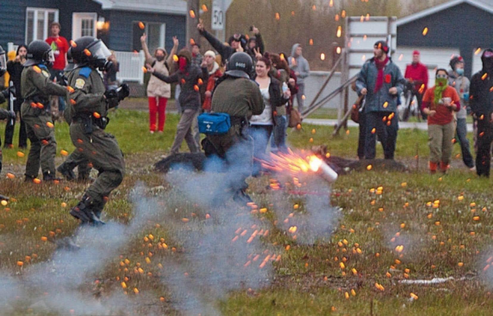 Les policiers de la Sûreté du Québec ont dû recourir à des gaz lacrymogènes pour contenir les manifestants à Victoriaville.