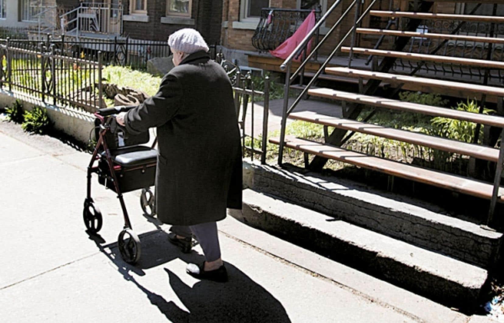 Alors que moins de 5 % des personnes de plus de 65 ans sont hébergées en CHSLD, la population a tendance à croire que c'est le sort qui attend beaucoup plus de personnes âgées.