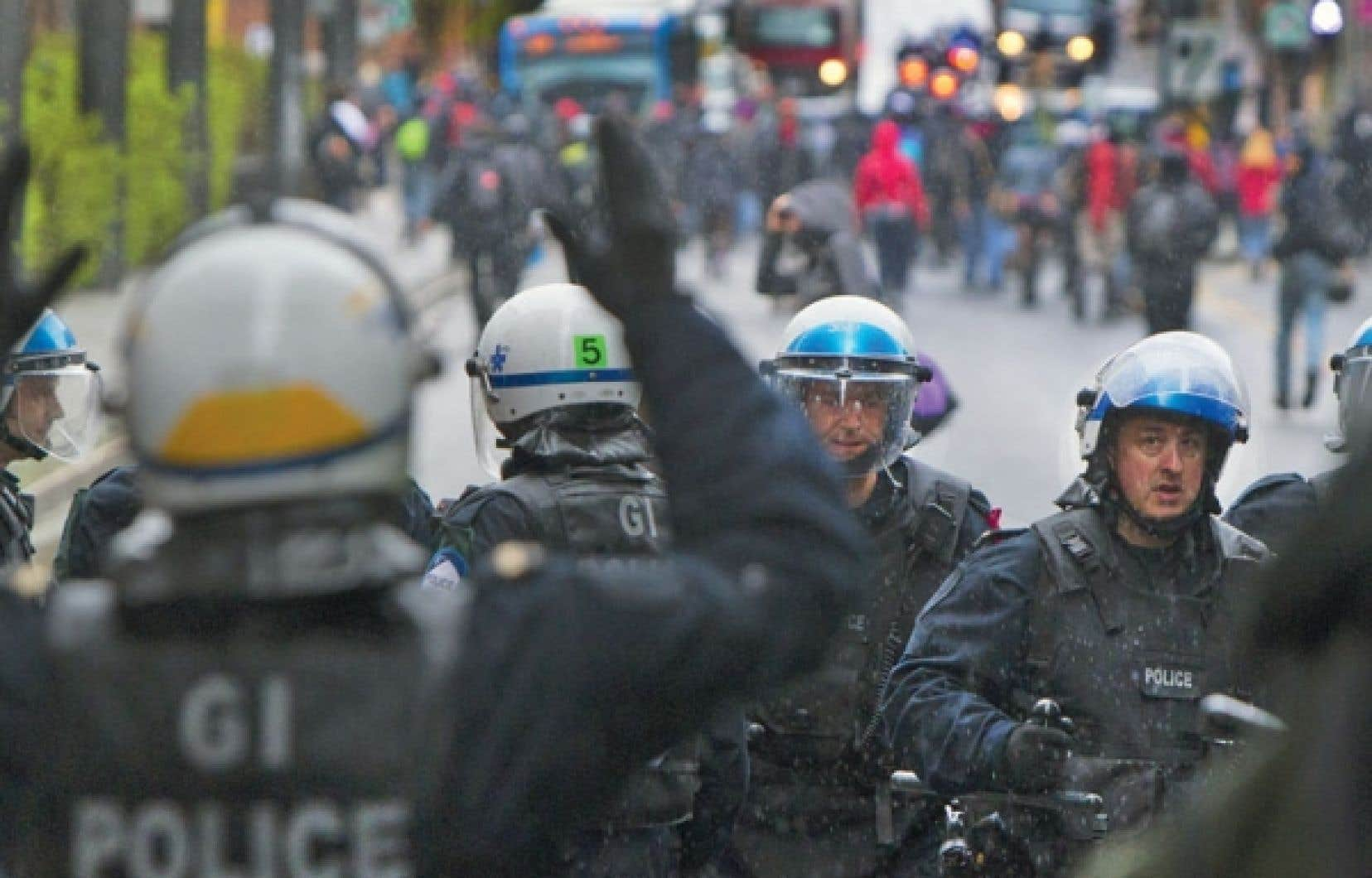 Policiers et manifestants devant le Centre de commerce mondial, à Montréal, hier matin. Deux autres manifestations reliées au conflit étudiant ont eu lieu hier soir.