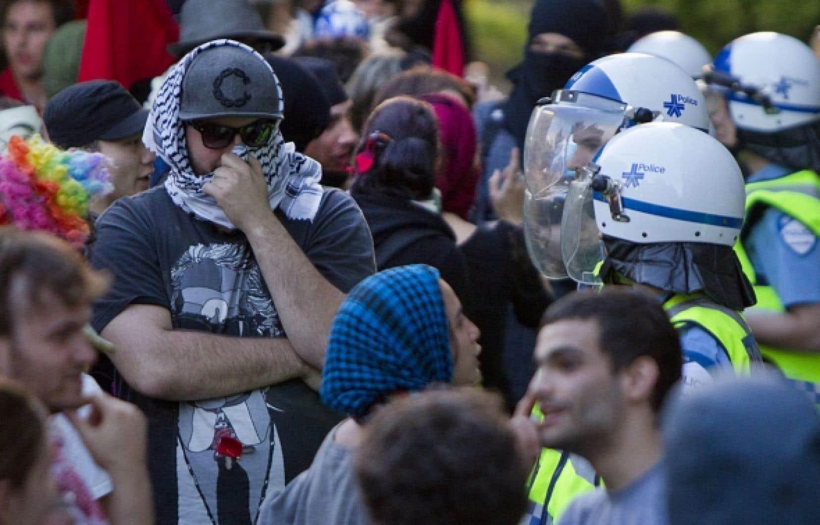 Quelque 150 personnes opposées à l'interdiction du port du masque ont manifesté devant l'hôtel de ville de Montréal.