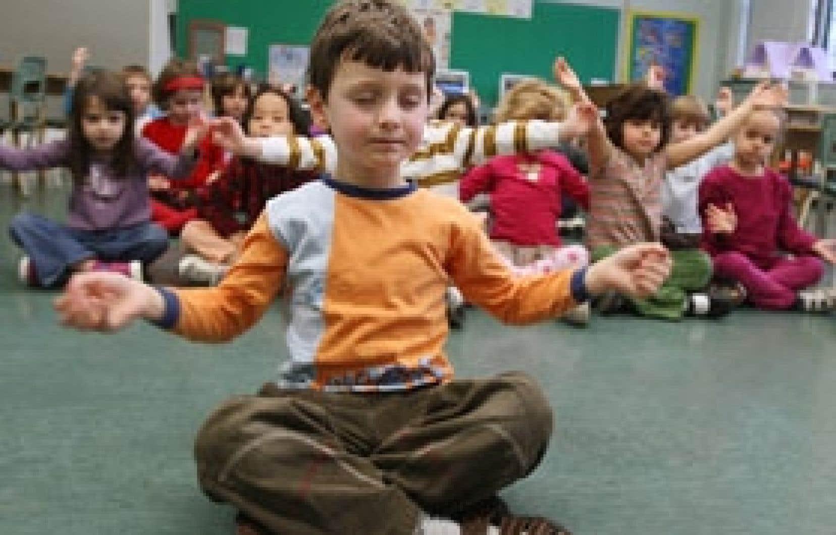 Julien Groulx et ses camarades de la maternelle à l'école Saint-André-Apôtre, dans l'arrondissement d'Ahuntsic, en plein exercice de méditation. «Dans le noir, on s'assoit par terre en indien, on fait des boucles avec nos doigts et on dit