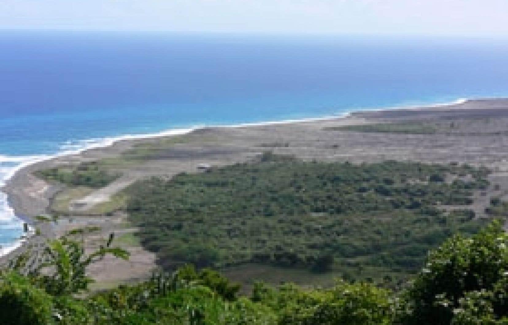 Une coulée avait recouvert l'est de l'île et l'aéroport, en 2006. Ci-dessous: la population de Montserrat fait pousser de nouveaux villages et reconstruit patiemment son monde.
