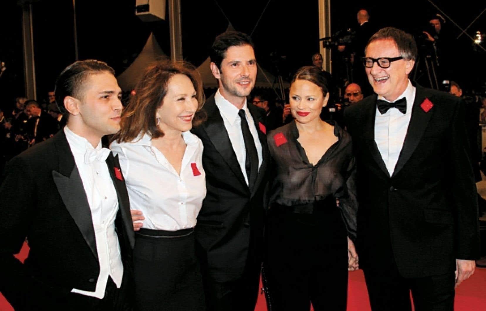 <div> Le cinéaste Xavier Dolan accompagné des acteurs principaux du film Laurence Anyways, Nathalie Baye, Melvil Poupaud, Suzanne Clément et Yves Jacques, arboraient le carré rouge, hier, sur le tapis rouge cannois.</div>