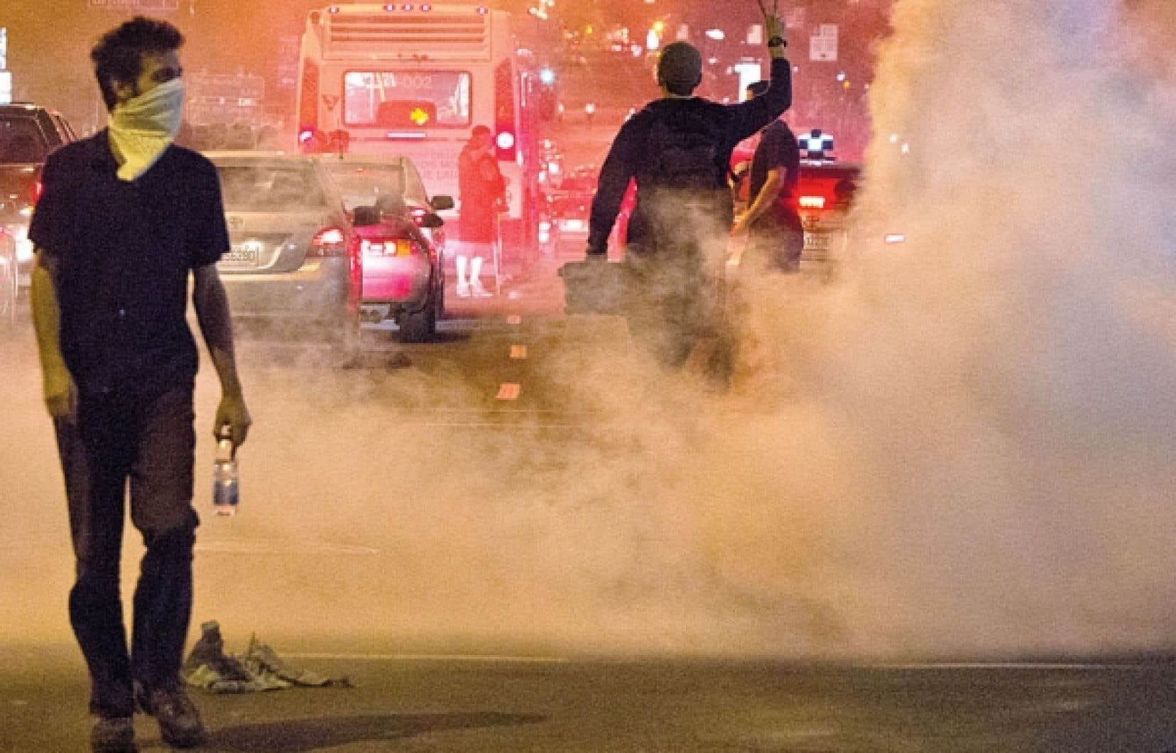 D'abord paisible, la manifestation qui a réuni plusieurs milliers de personne au centre-ville de Montréal, s'est envenimée en fin de soirée.