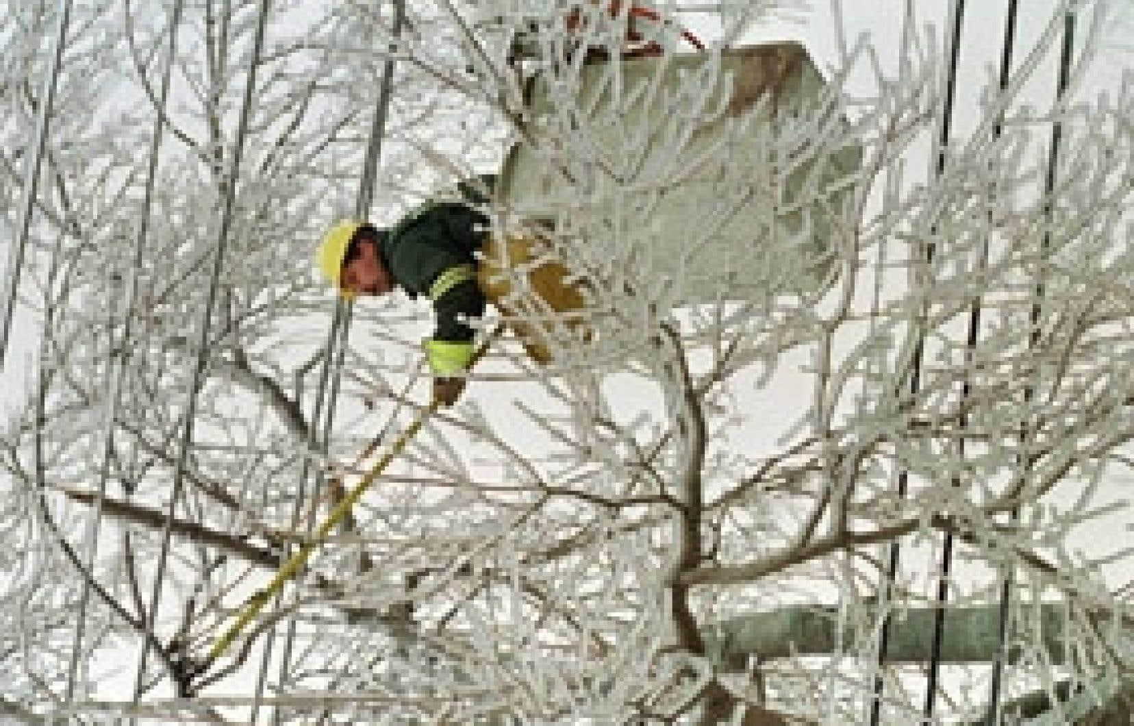 Un an avant le grand verglas de 1998 (notre photo), une tempête de pluie verglaçante a durement touché plusieurs régions. Le verglas a de tout temps provoqué de petites crises au Québec.