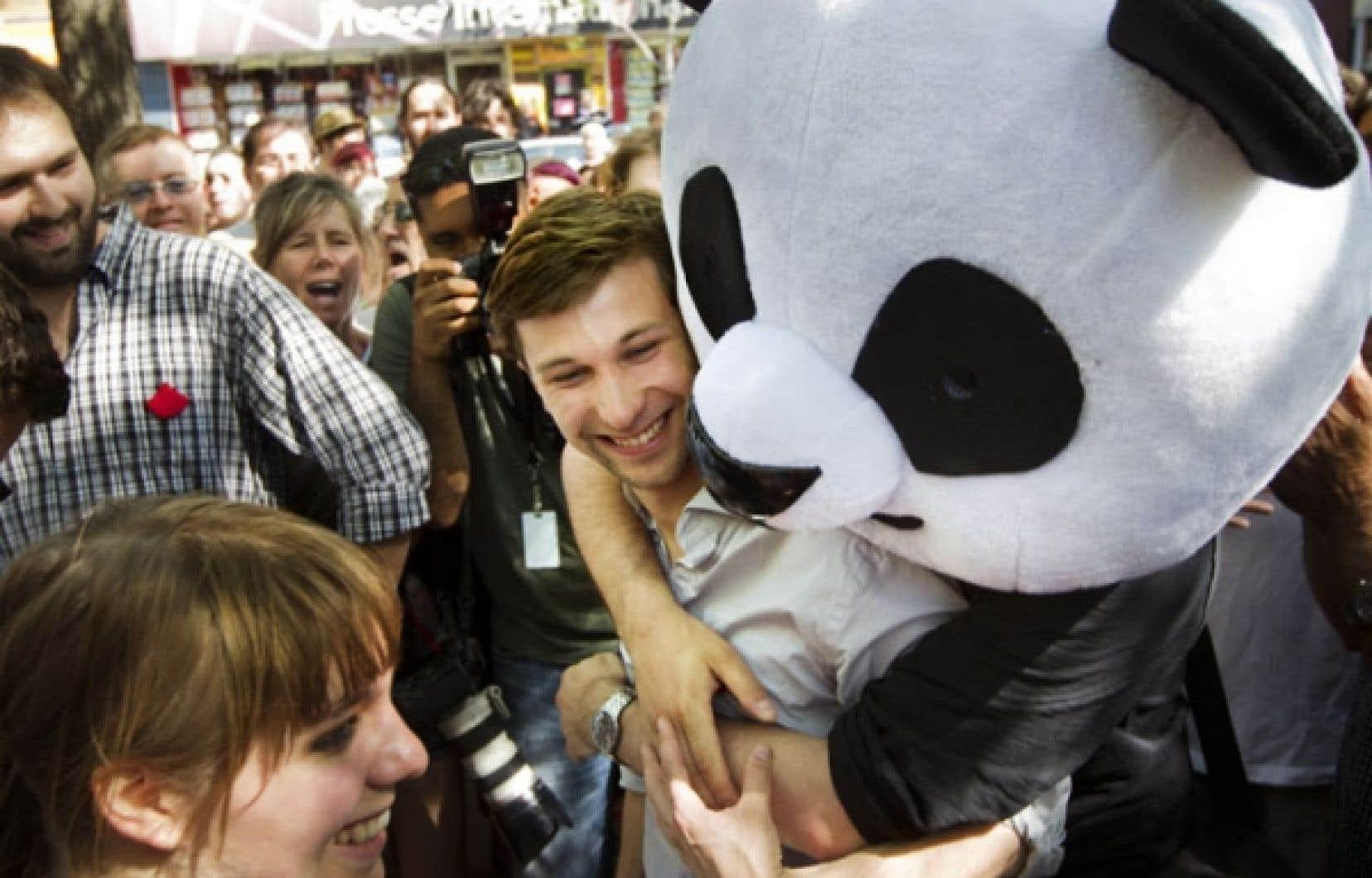 <div> Depuis quelques semaines, une mascotte de panda est aux premières lignes des manifestations. Anachronique, ce câlinours bicolore suscite une improbable vague de sympathie.</div>